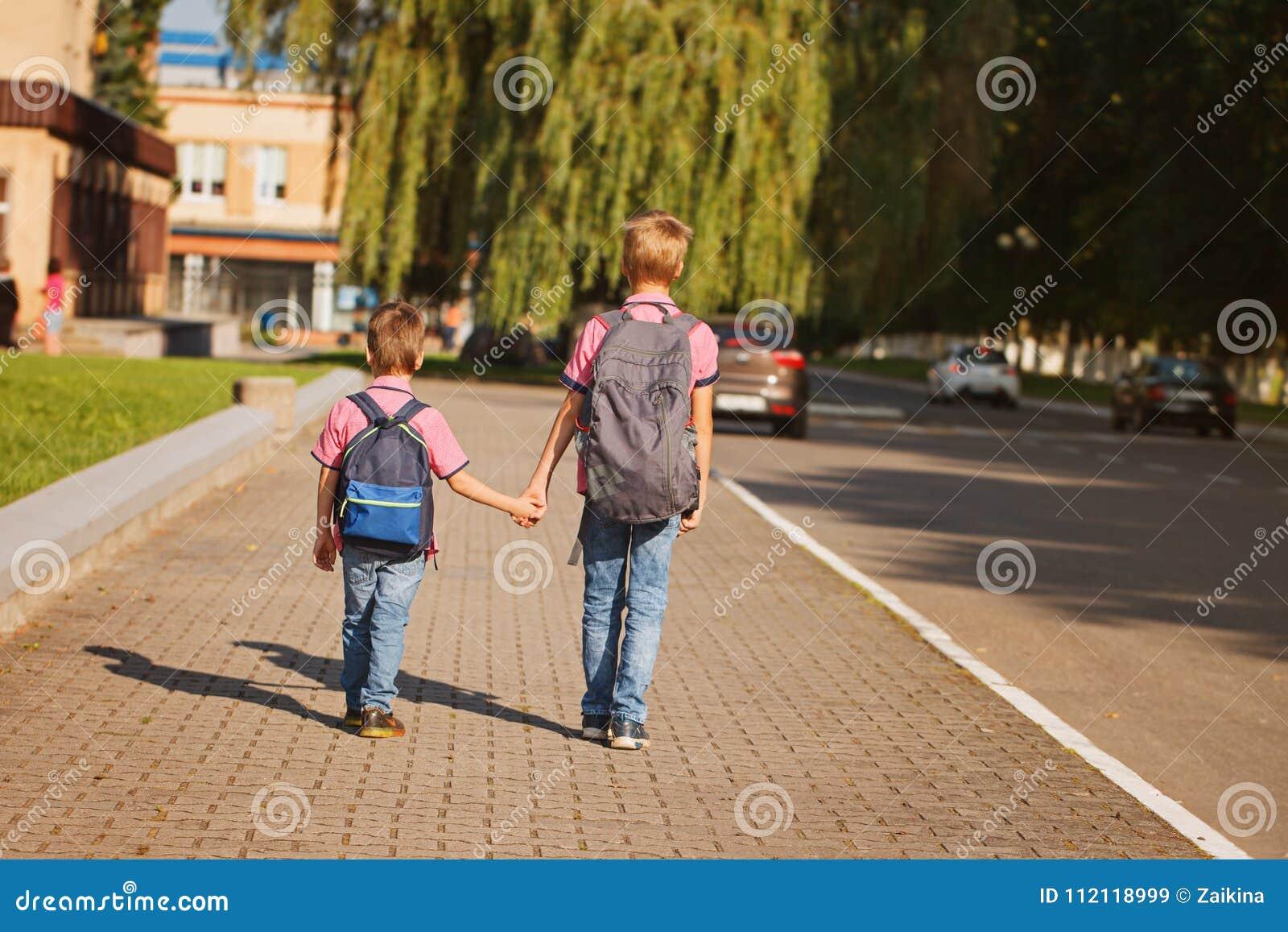 有举行的背包的两个小弟弟递走到学校 回到视图
