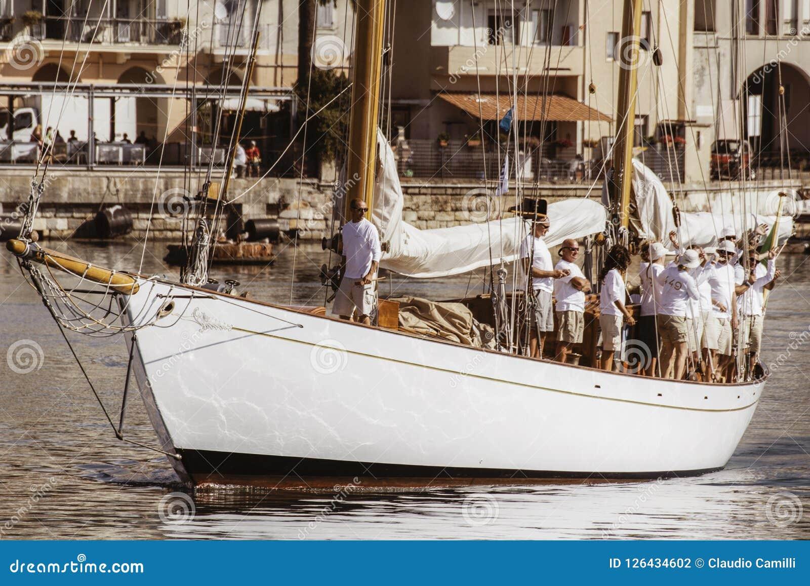 有乘员组的风船在意大利船坞