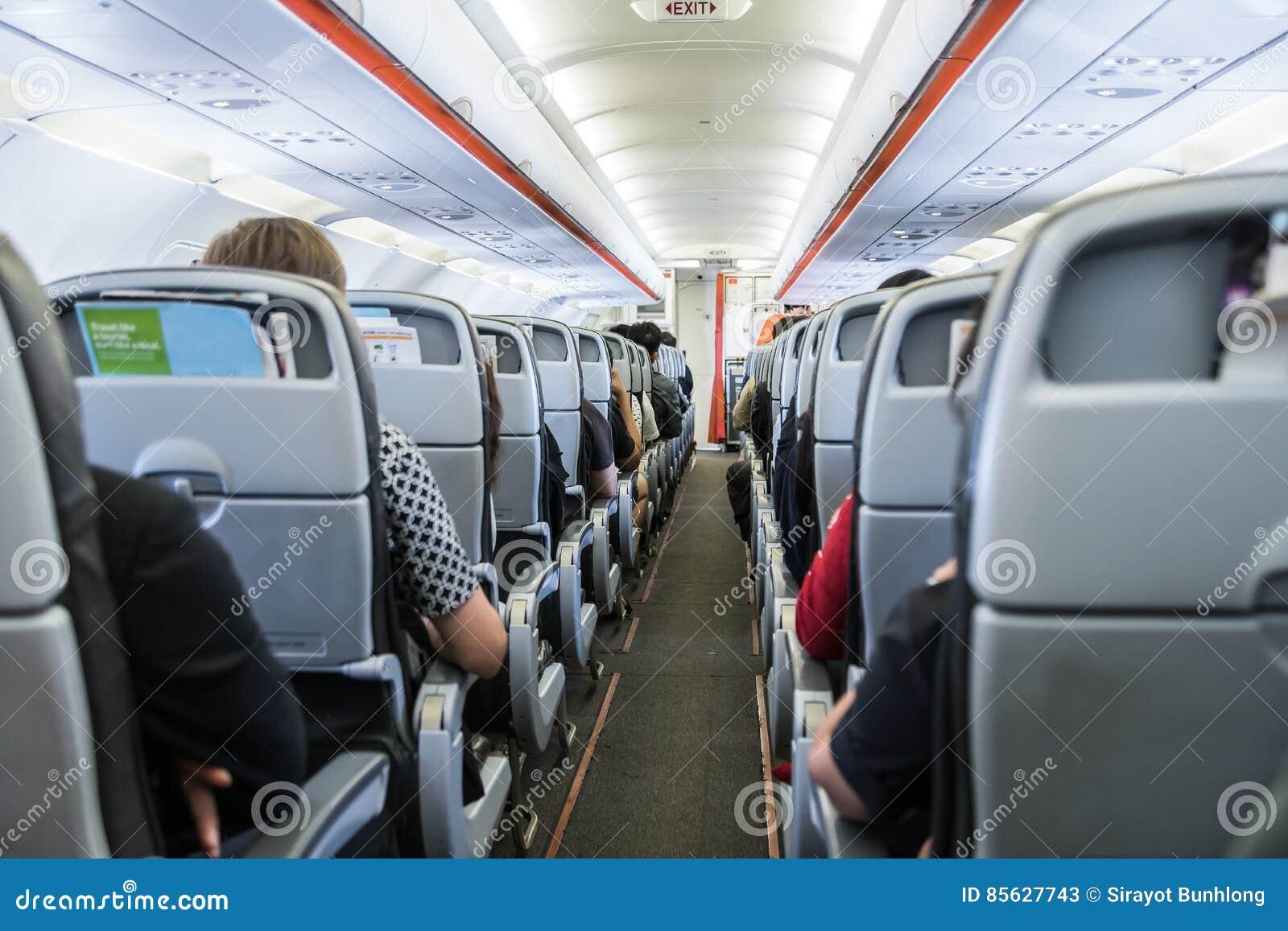 有乘客的飞机等待的位子的离开