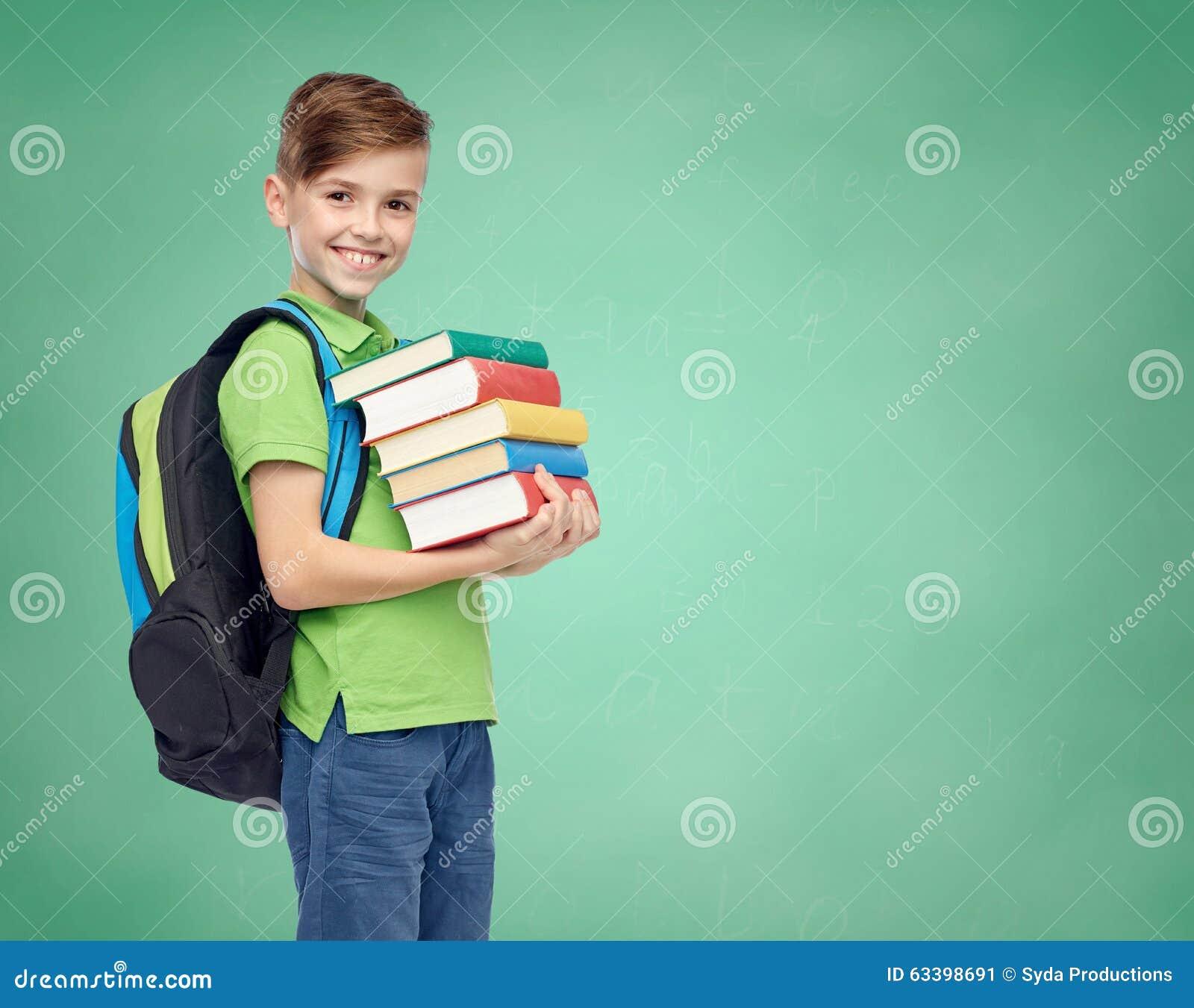 有书包和书的愉快的学生男孩