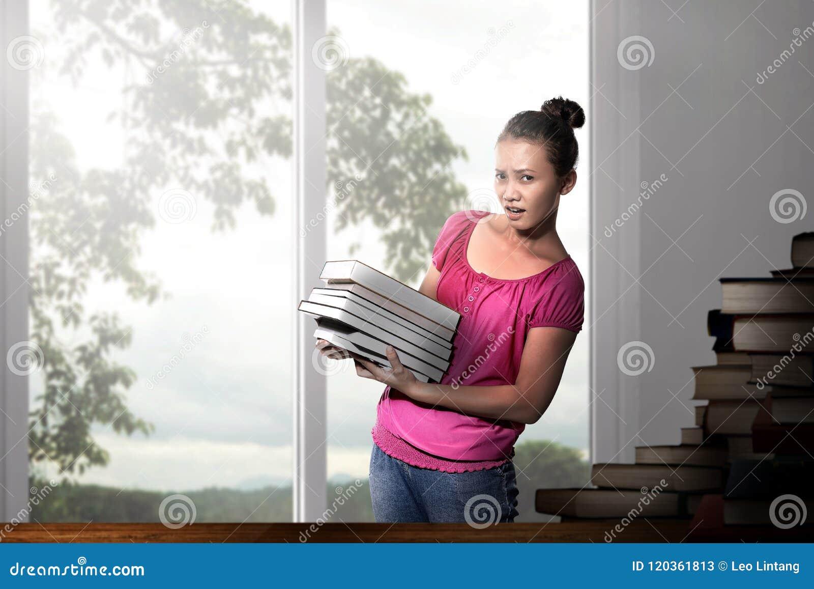 有书的美丽的亚裔妇女
