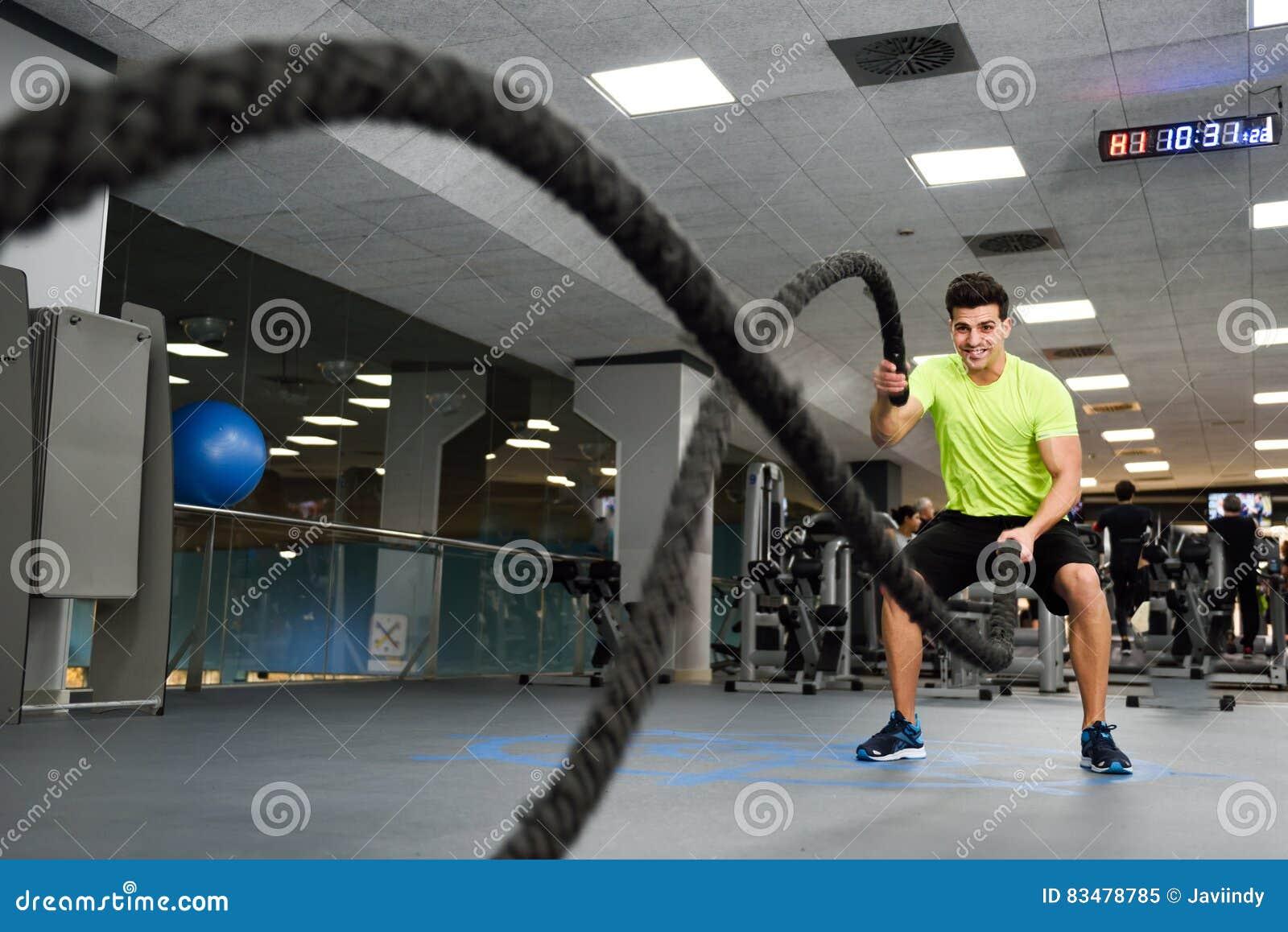 有争斗的人系住在健身健身房的锻炼