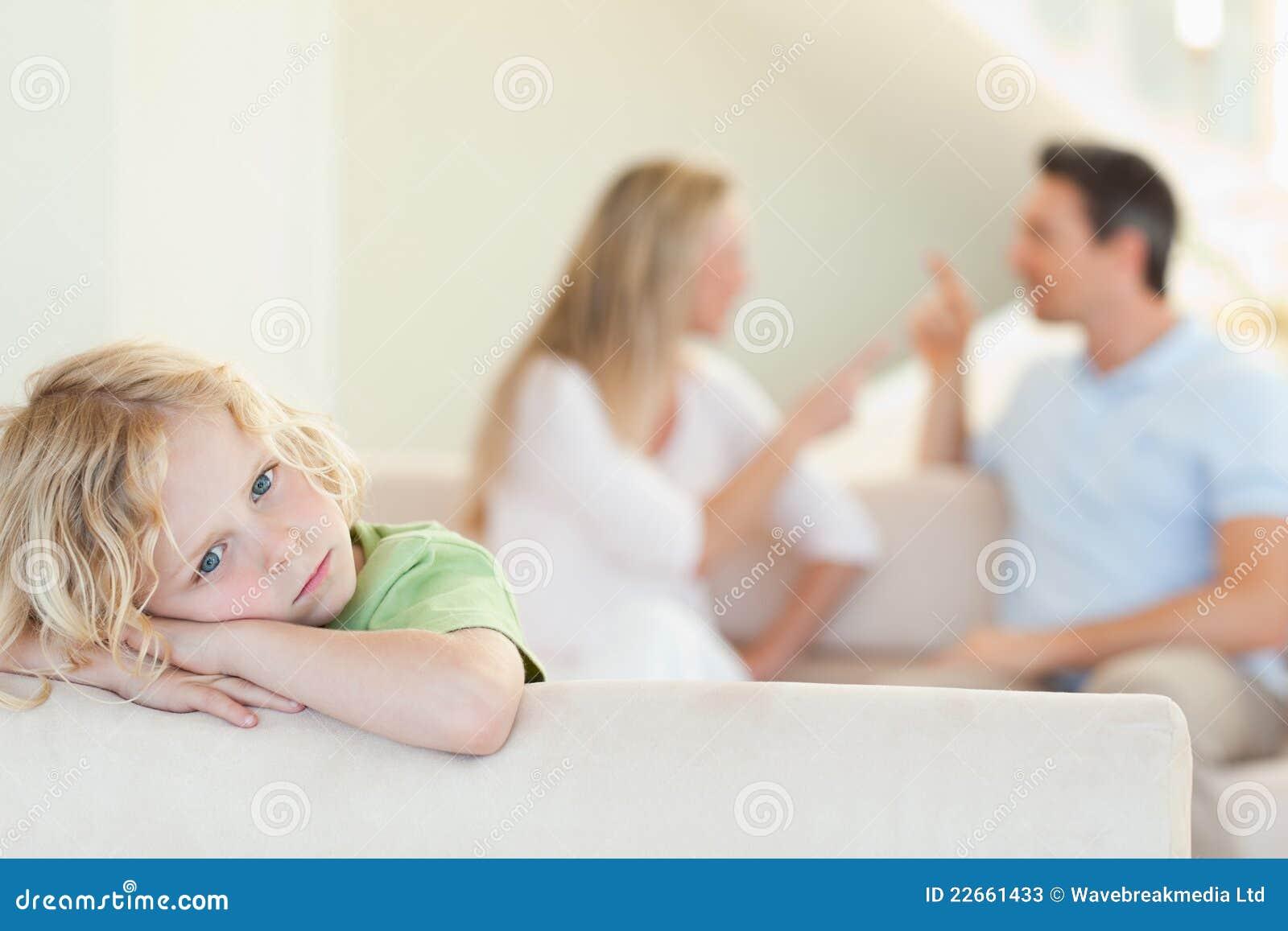 有争论的父项哀伤的男孩在他之后