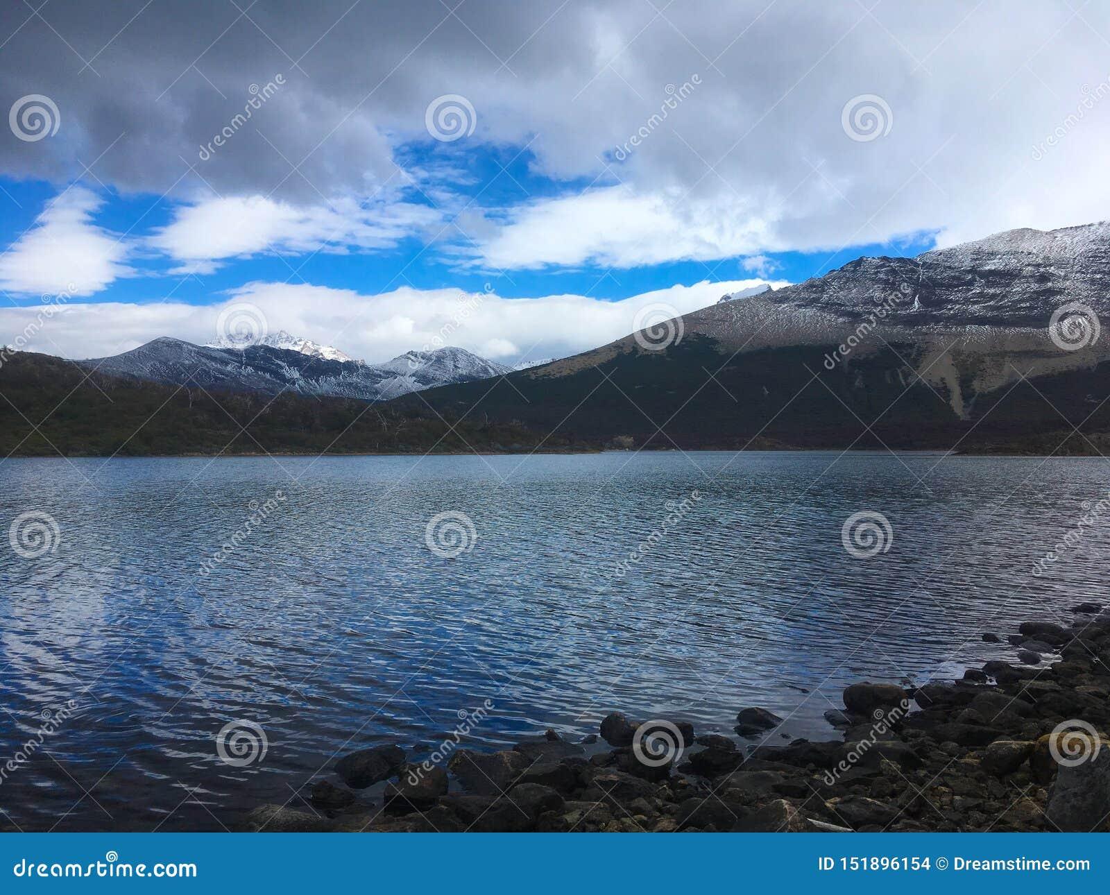有云彩反射的Patagonia湖