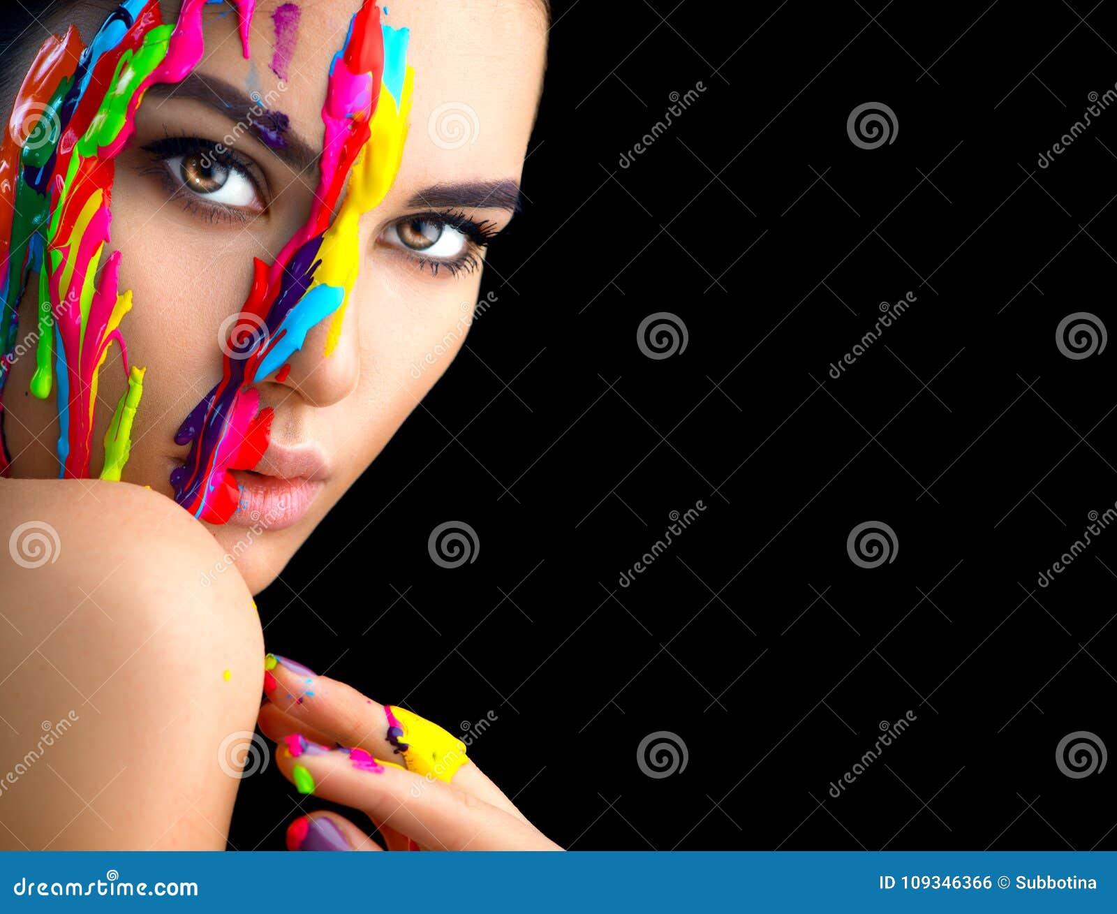 有五颜六色的油漆的秀丽式样女孩在她的面孔 美丽的妇女画象有流动的液体油漆的