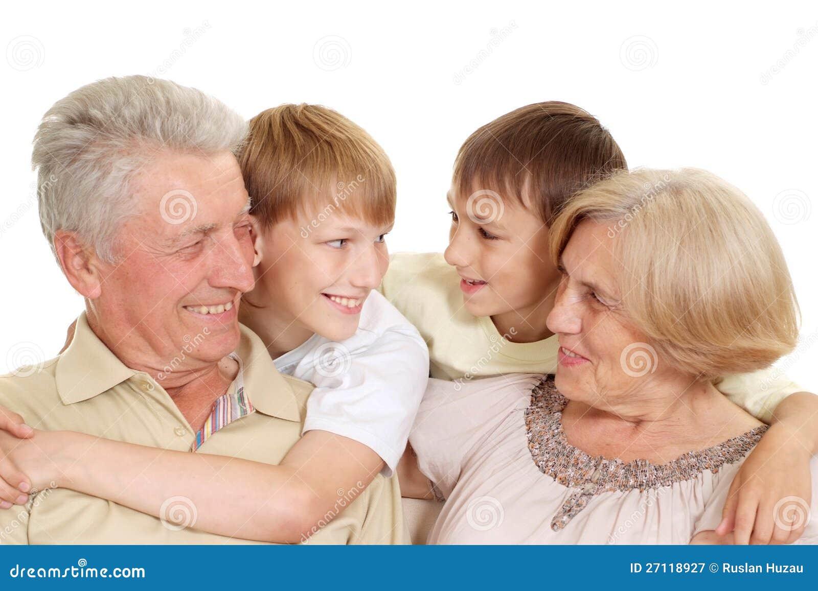 有他们可爱的子项的爷爷和老婆婆