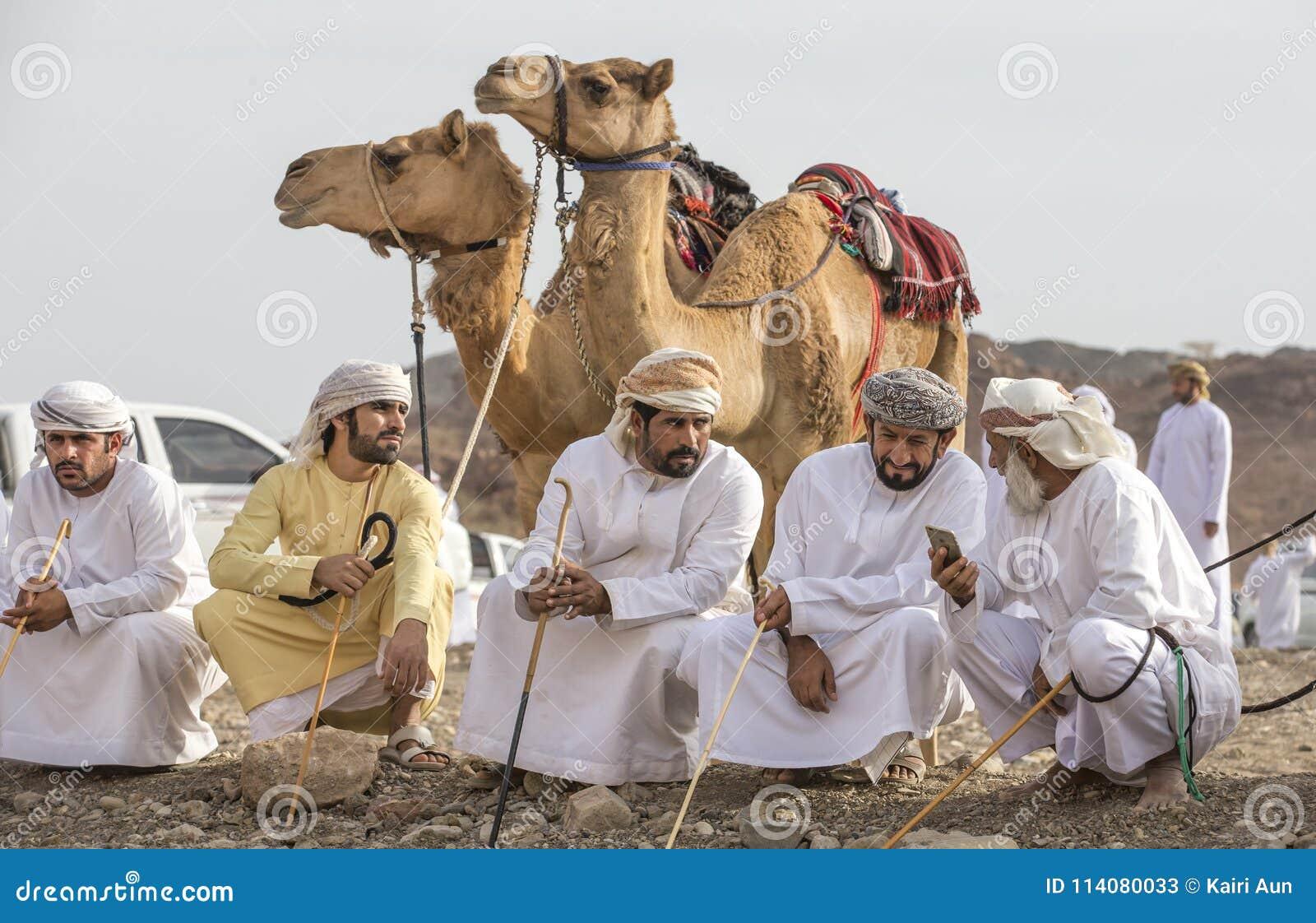 有他们的骆驼的阿曼人在种族面前
