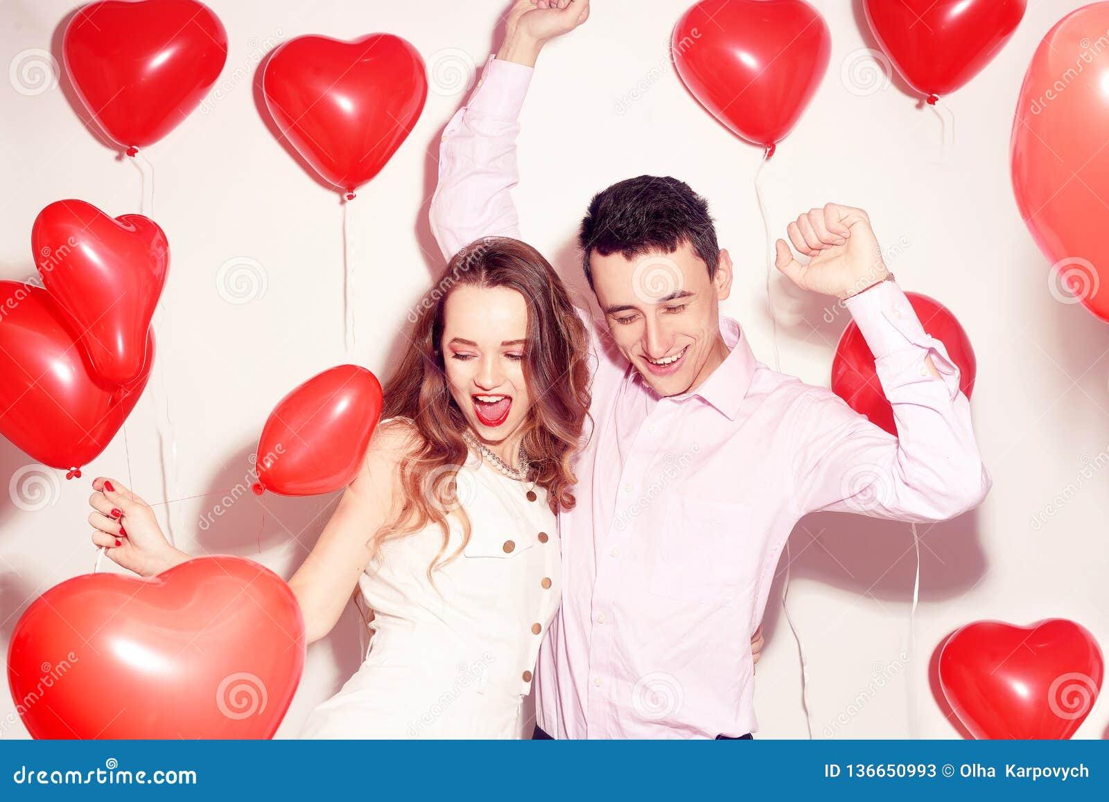 有他可爱的甜心女孩舞蹈的人和获得乐趣恋人的情人节 华伦泰夫妇 结合非常愉快,党时间