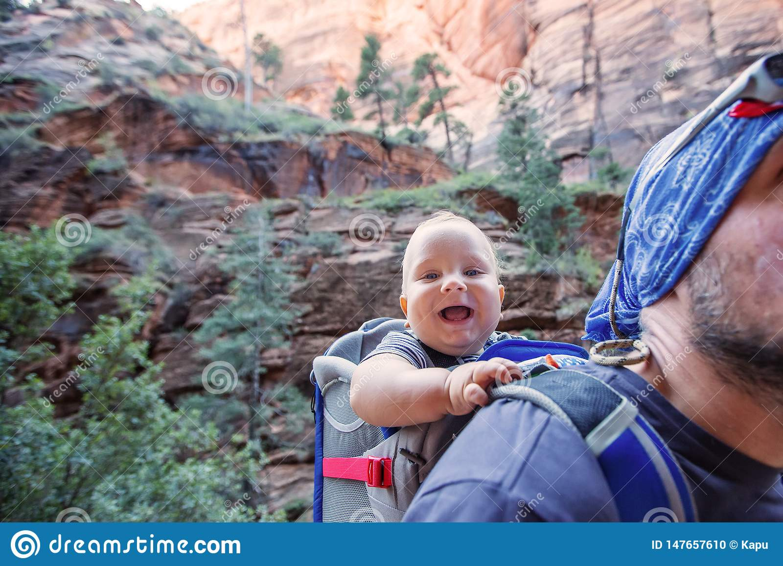 有他的男婴的一个人在锡安国立公园,犹他,美国迁徙