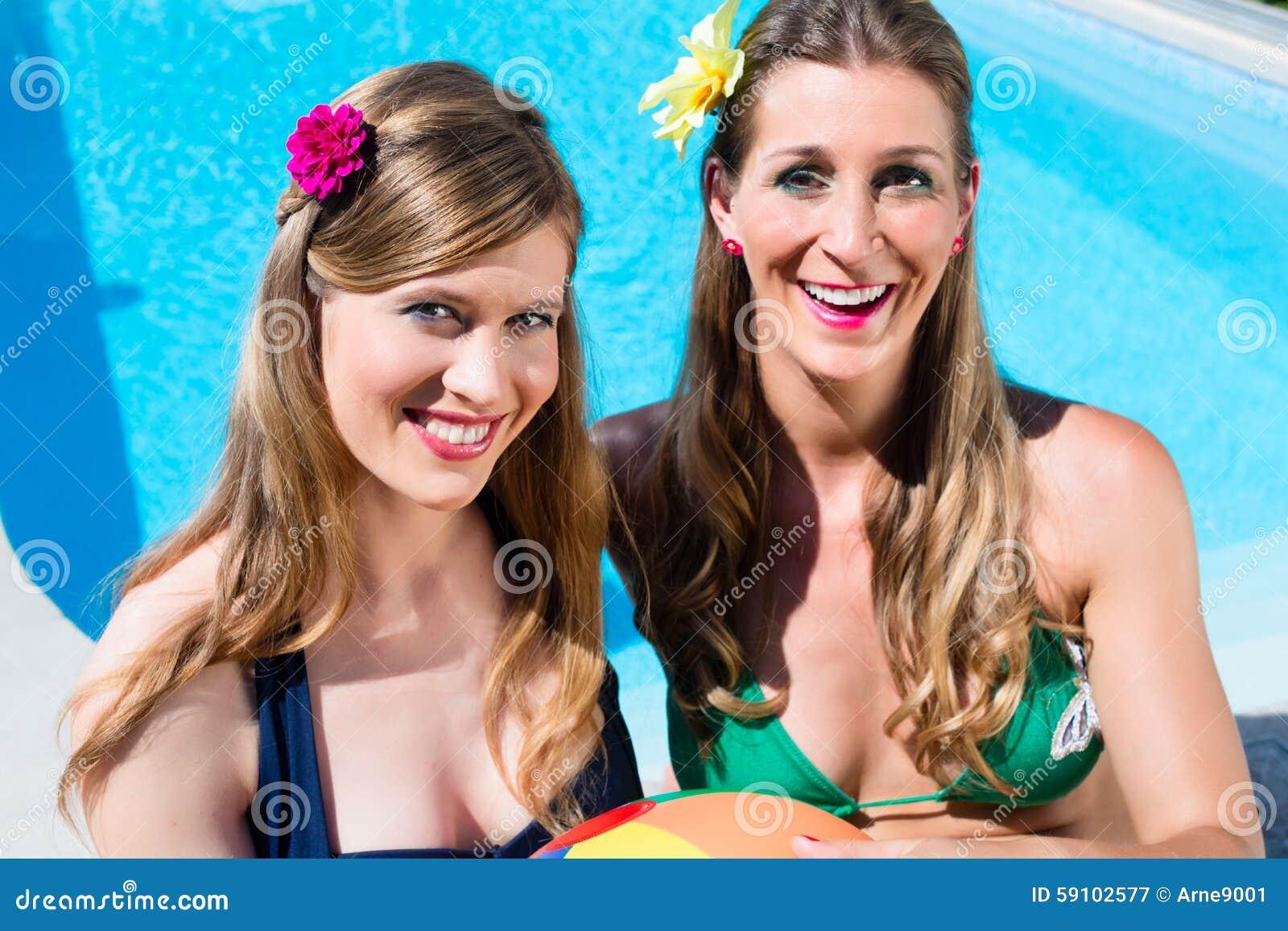 有休息在水池的水球的妇女朋友
