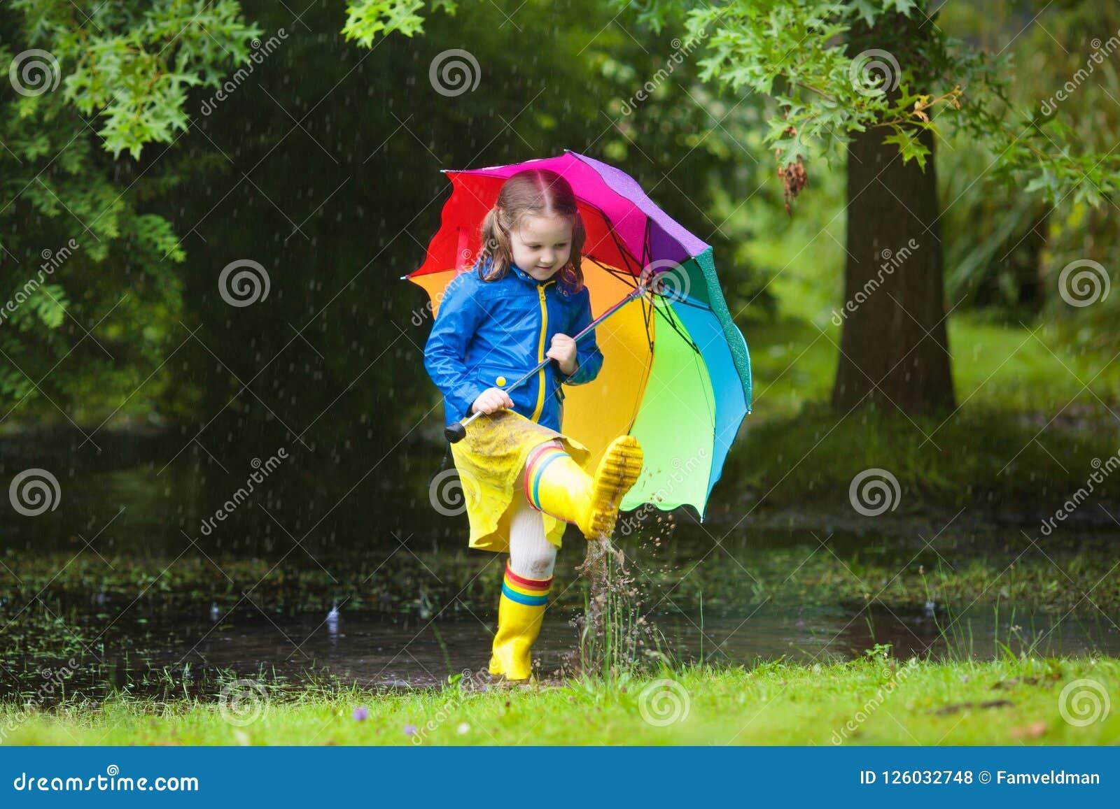 有伞的小女孩在雨中