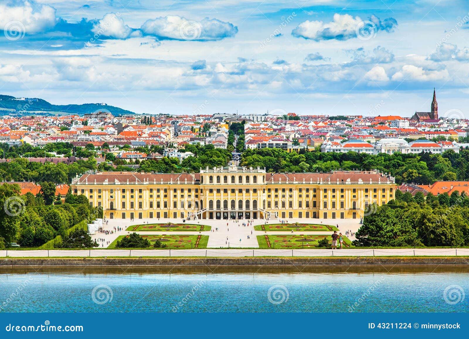 有伟大的分配为花坛的区域庭院的美泉宫在维也纳,奥地利