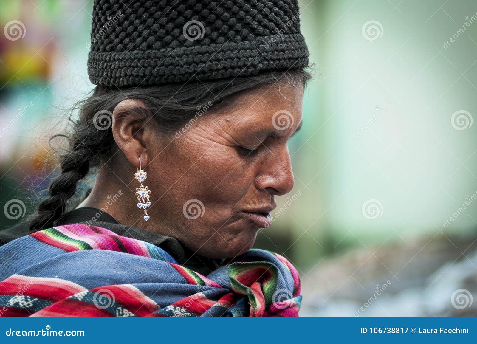 有传统部族衣物和帽子的未认出的土产当地盖丘亚族人的妇女,在Tarabuco星期天市场上,玻利维亚