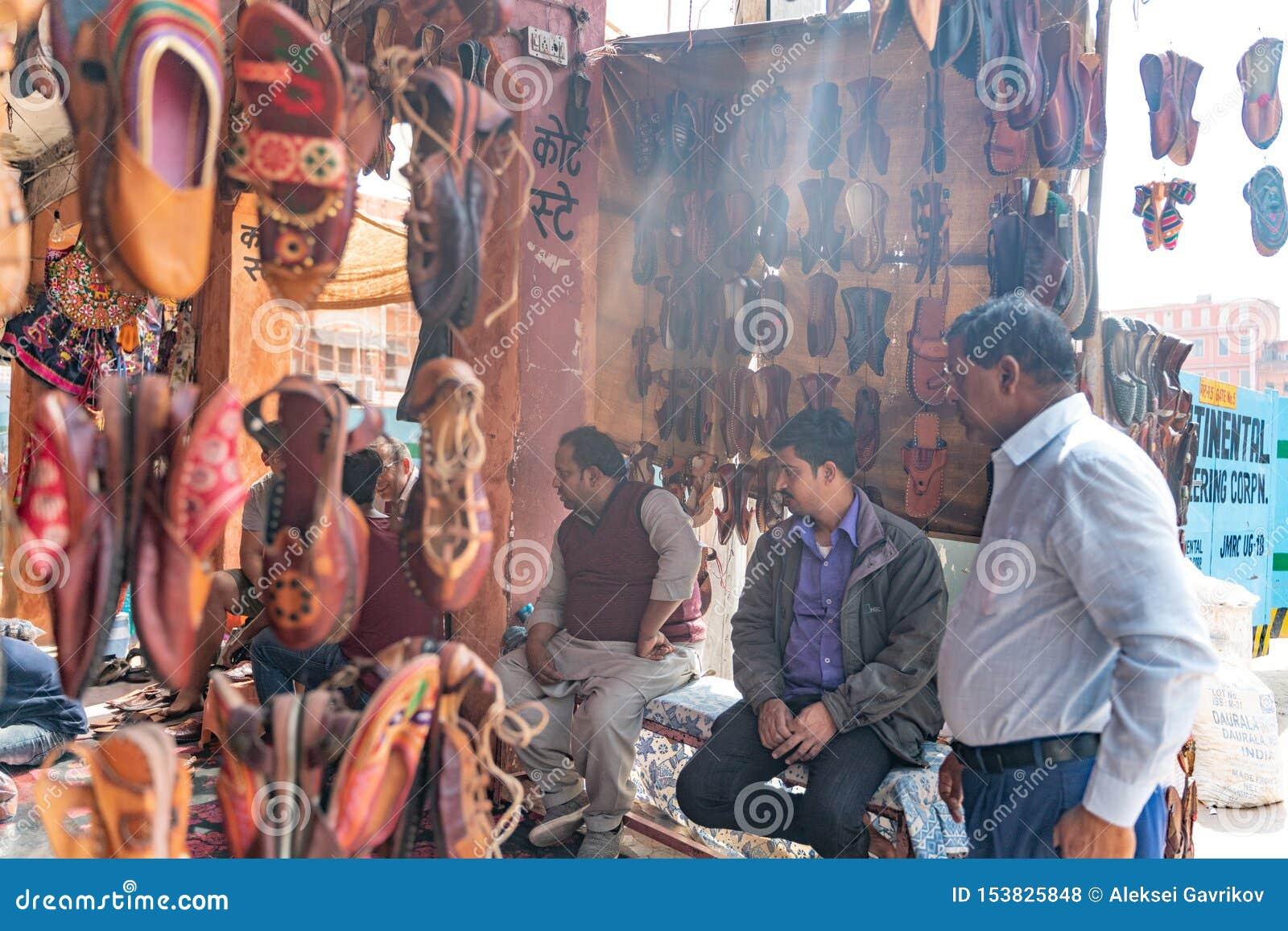 有传统鞋子的印度商店