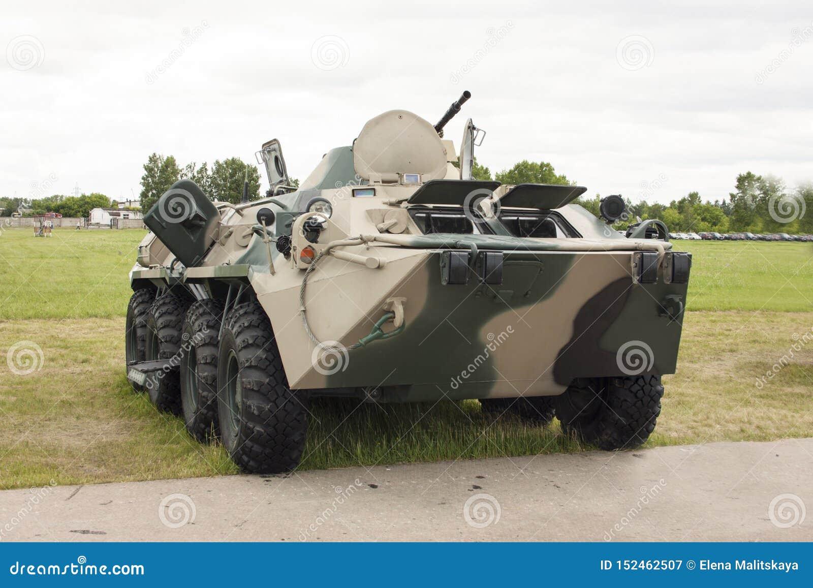 有伪装油漆的俄国现代装甲运兵车