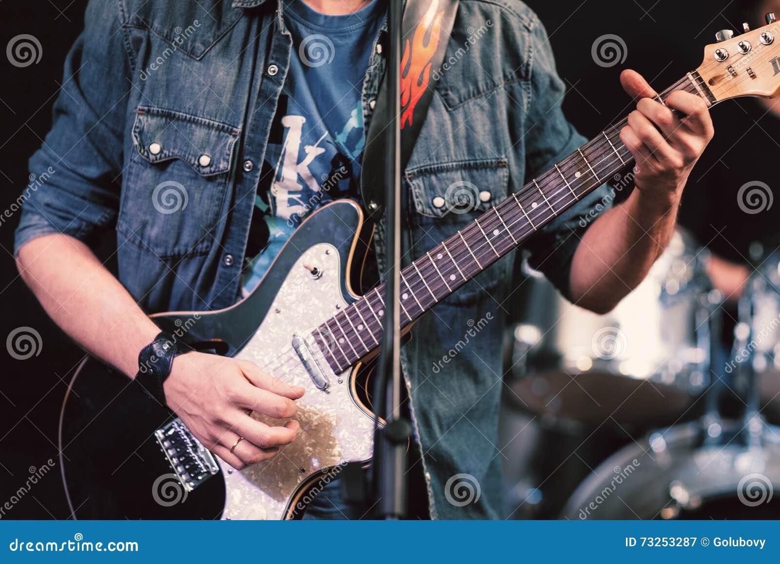 有低音吉他特写镜头的无法认出的音乐家