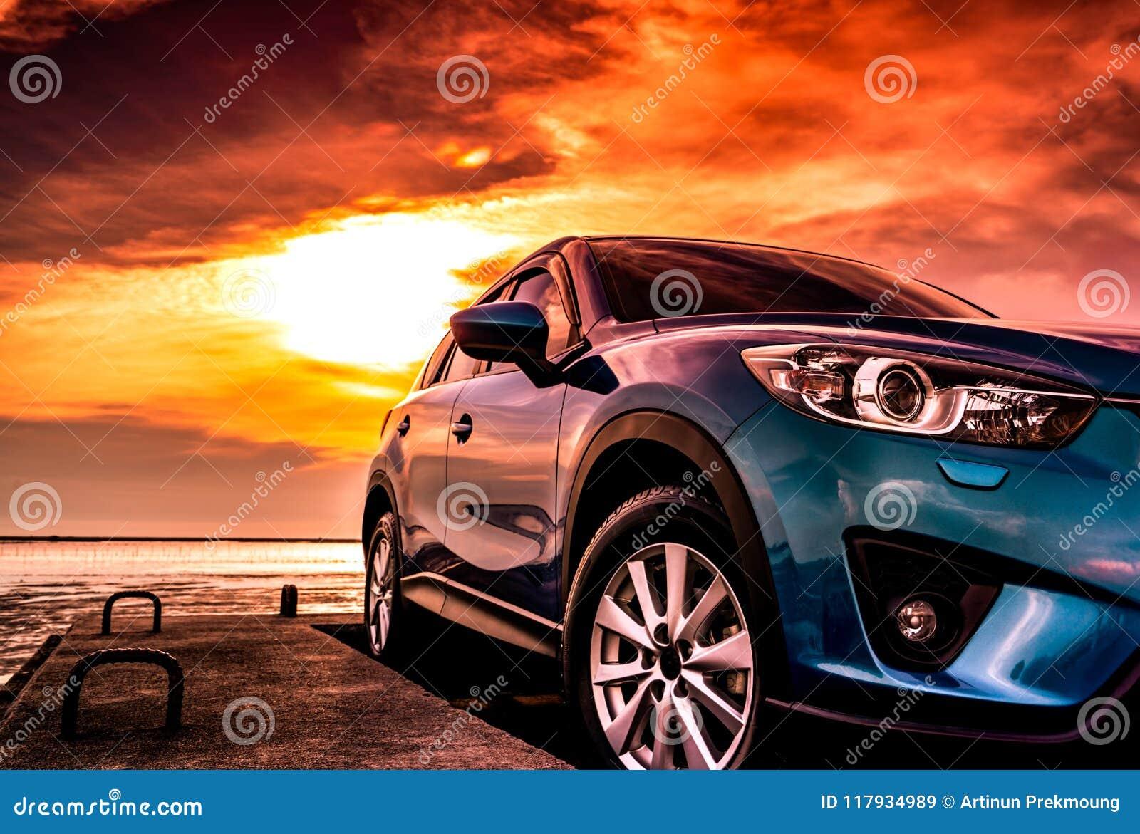 有体育,现代和豪华设计的蓝色协定SUV汽车在混凝土路停放了由海在日落 正面图美丽
