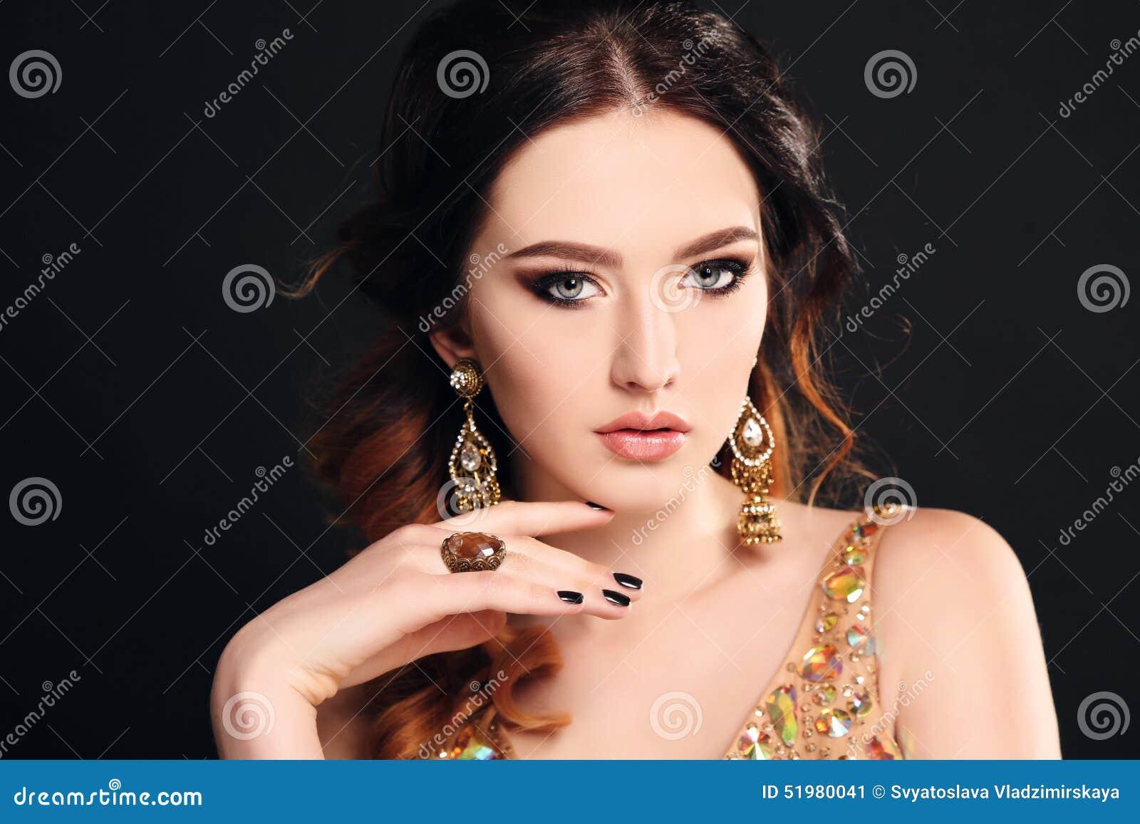 有佩带豪华衣服饰物之小金属片礼服和珠宝的黑发的妇女