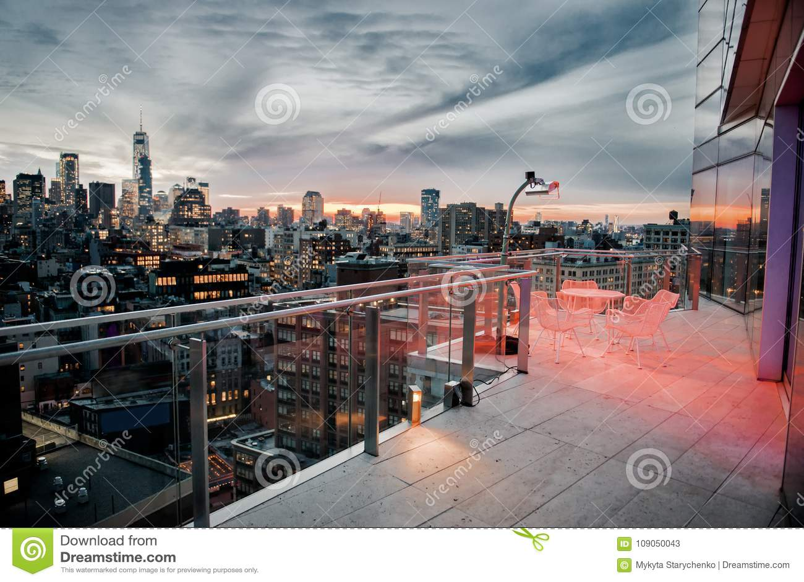 有使变冷的区域的豪华城市屋顶阳台在纽约曼哈顿中间地区 精华房地产概念
