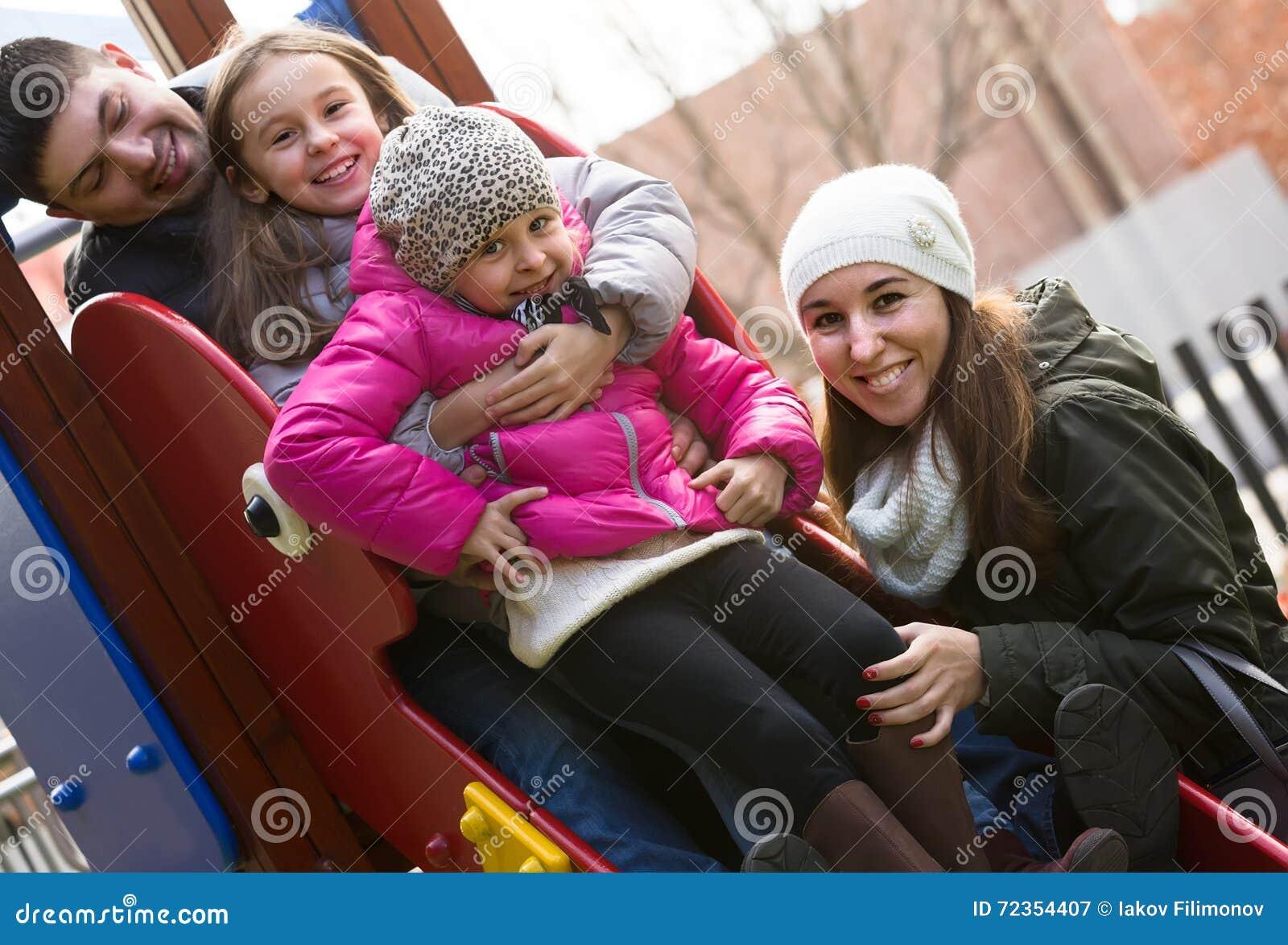 有使用在儿童的幻灯片的两个女儿的父母