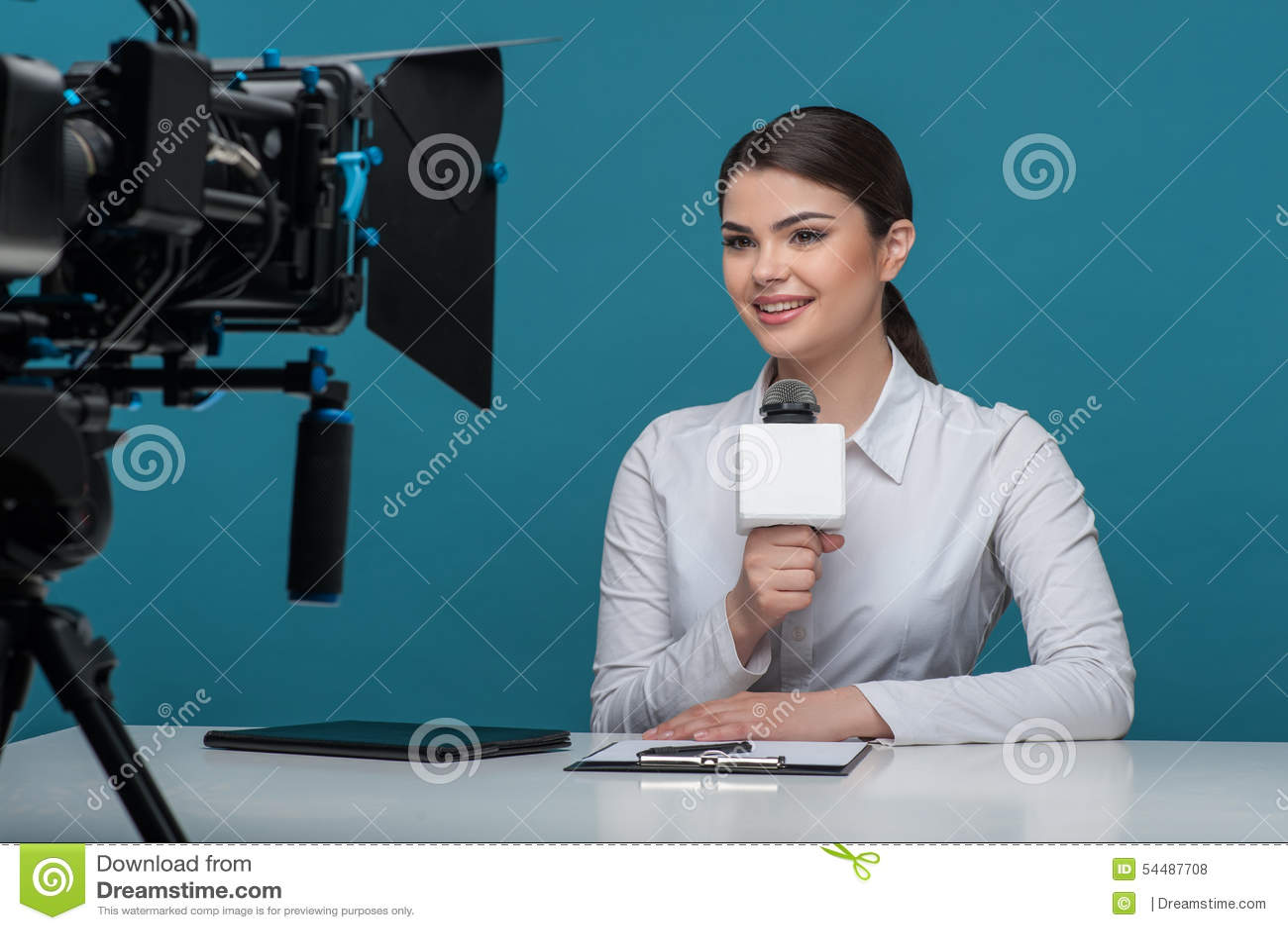 有俏丽的微笑的美丽的女孩电视新闻广播员