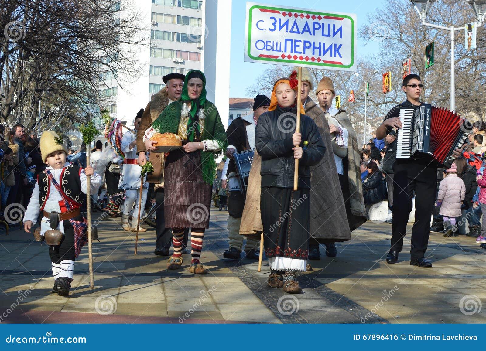 有保加利亚民间服装的当地人在Surva节日