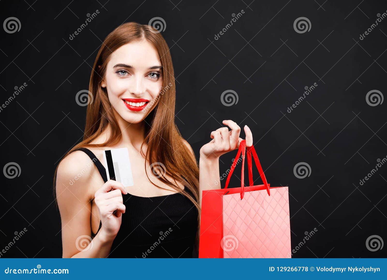 有信用卡的性感的富有的妇女