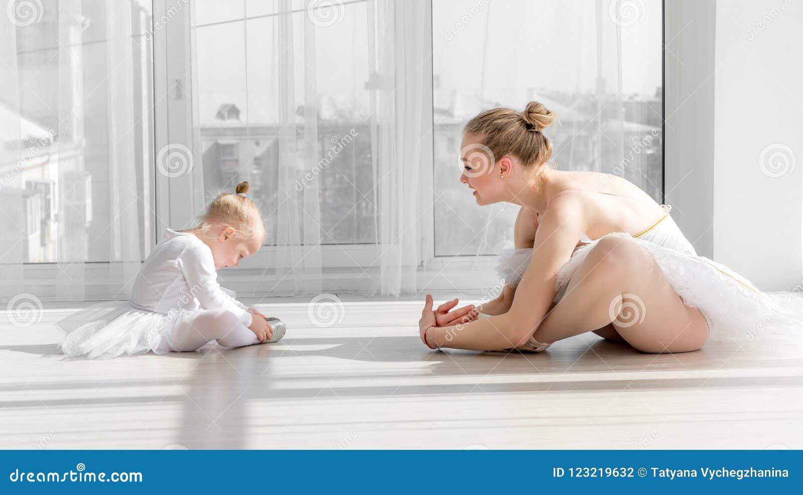 有做准备在训练前的儿童女孩的芭蕾舞女演员