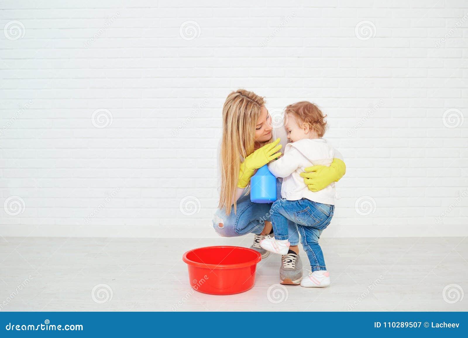 有做清洁的婴孩的母亲在屋子里