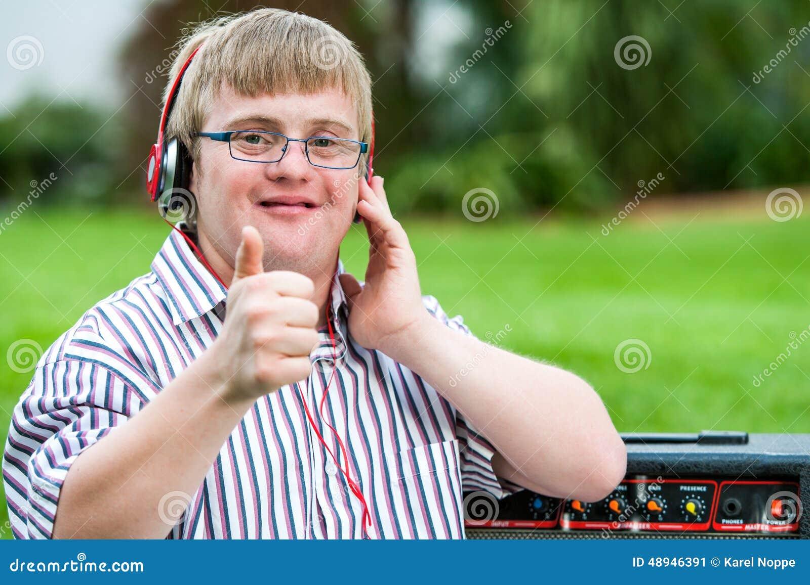 有做赞许的耳机的唐氏综合症男孩