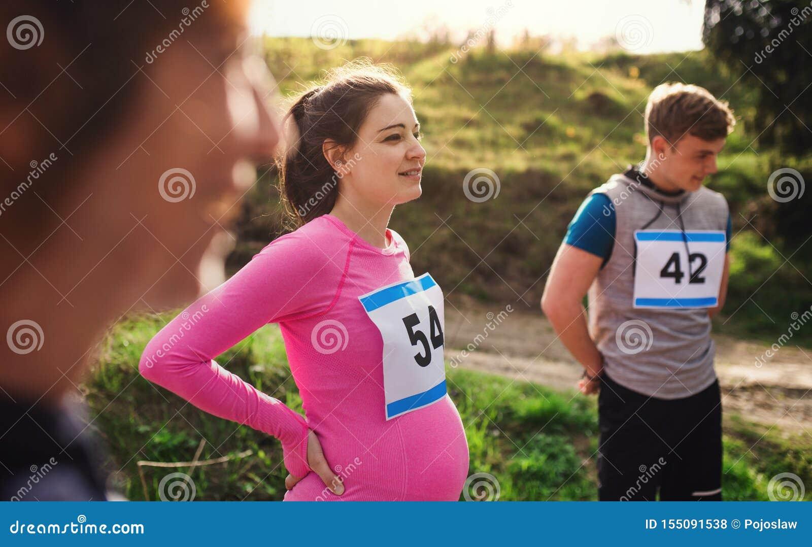 有做锻炼本质上的朋友的适合和活跃pregant妇女