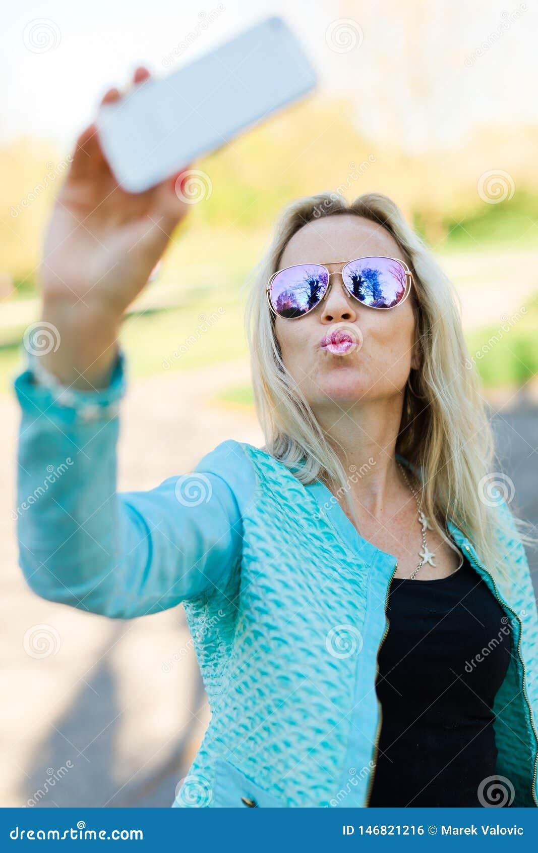 有做selfie的太阳镜的白肤金发的妇女