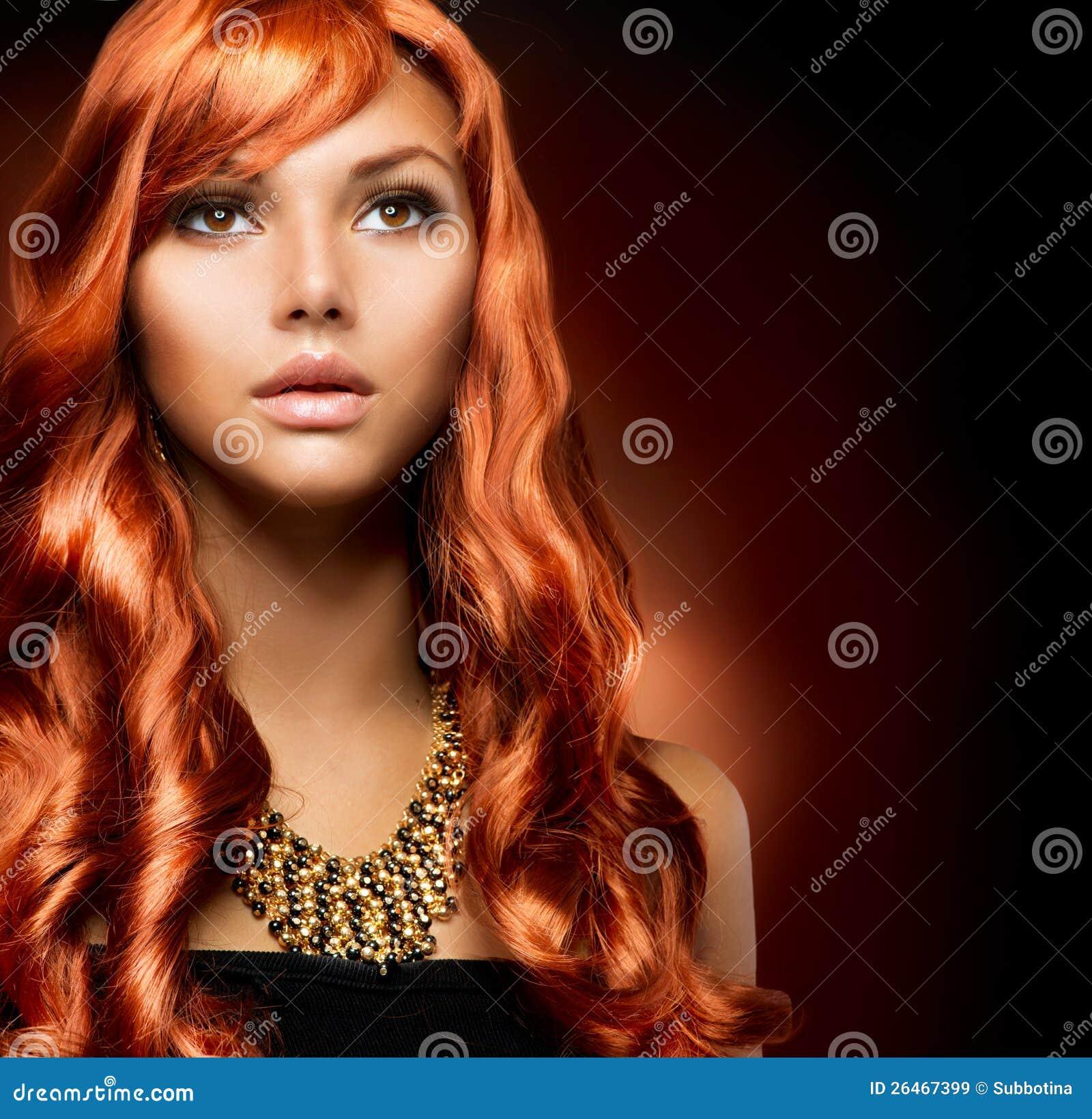 有健康长的红色头发的女孩