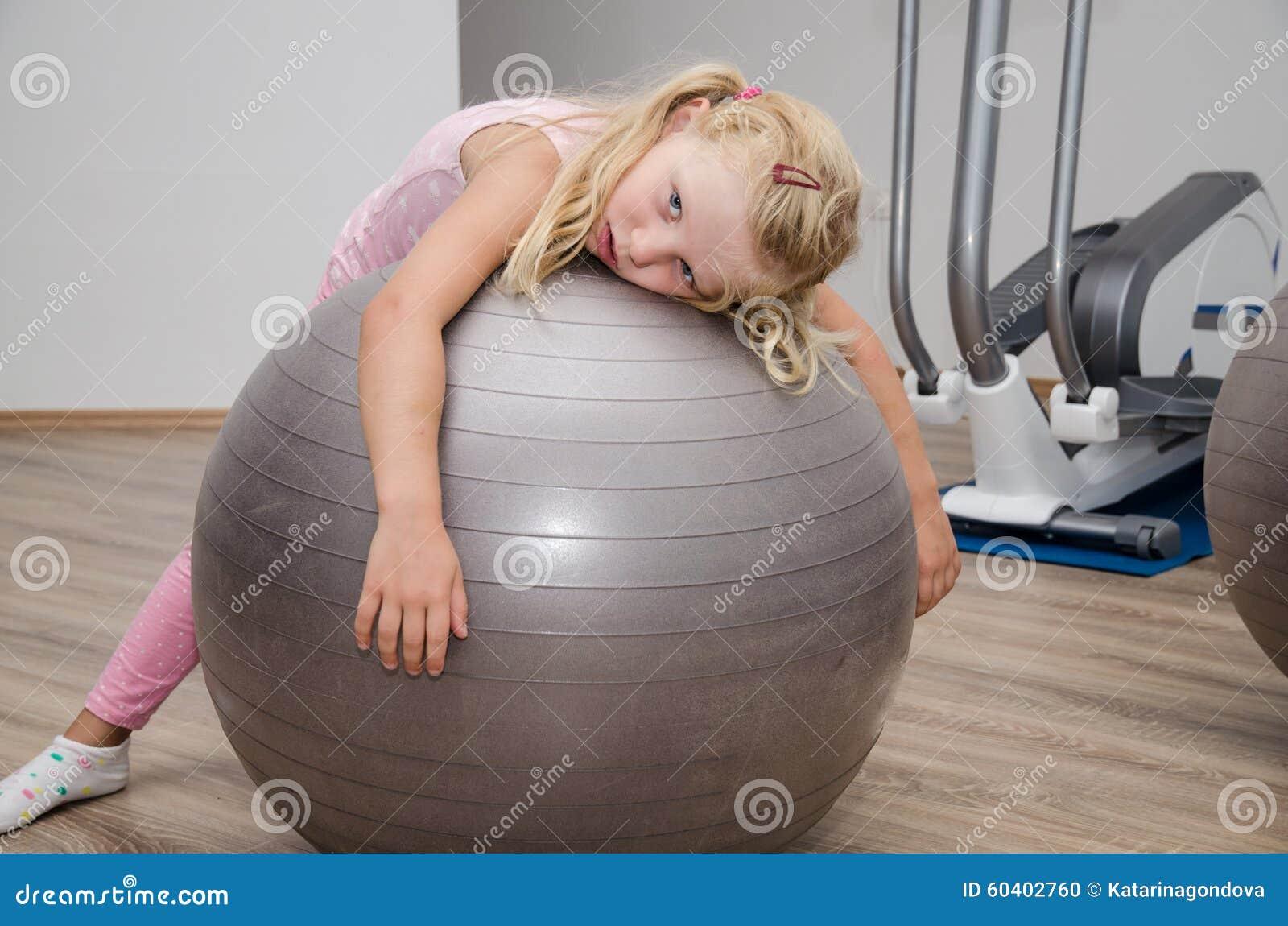 有健身房球的女孩