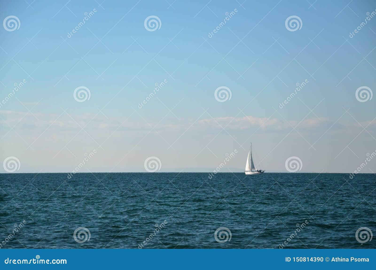 有充分的风帆的帆船