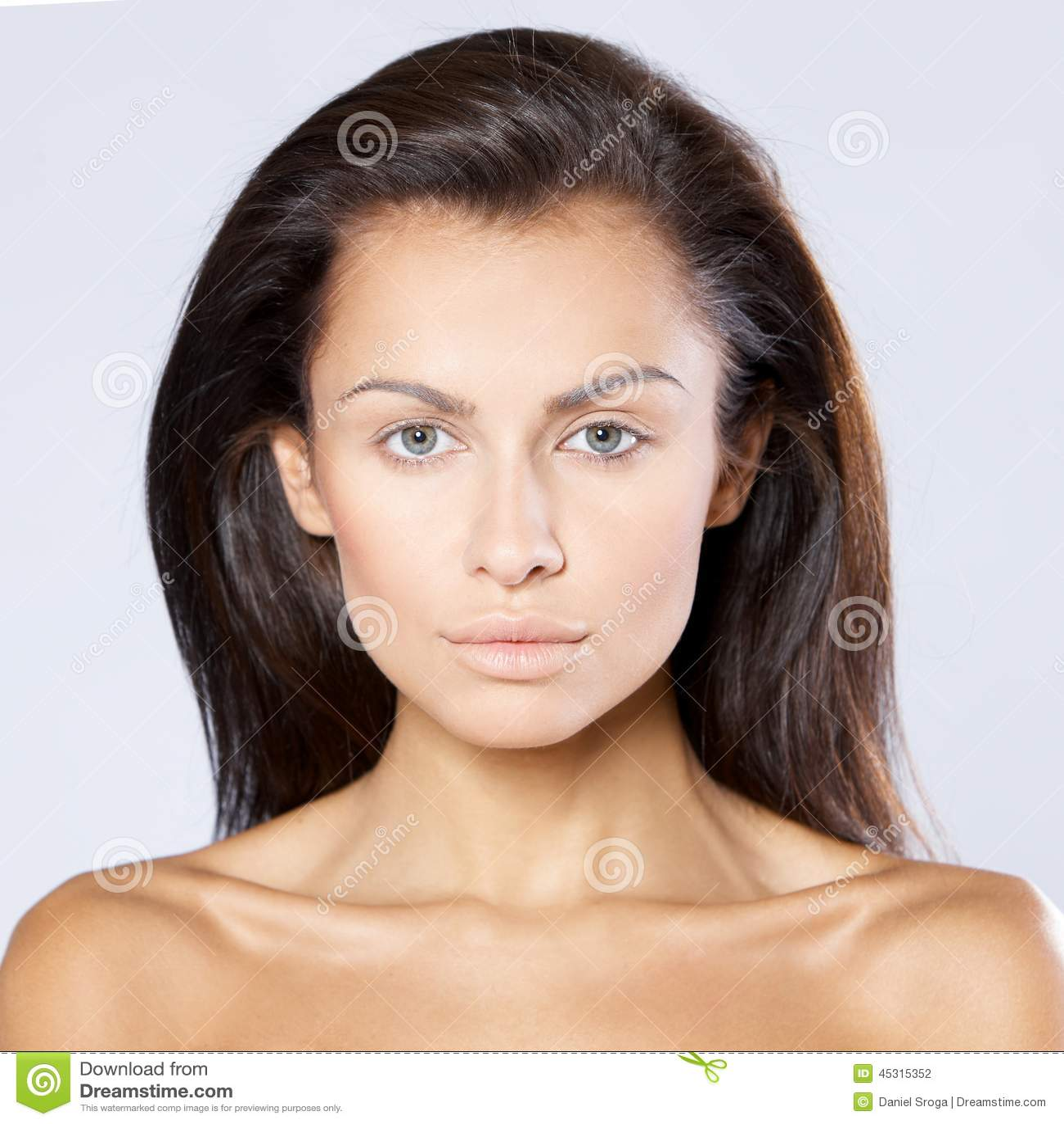 有光秃的肩膀的严肃的深色的妇女