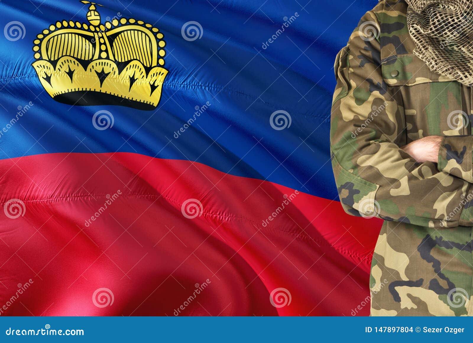 有全国挥动的旗子的横渡的胳膊战士在背景-列支敦士登军事题材