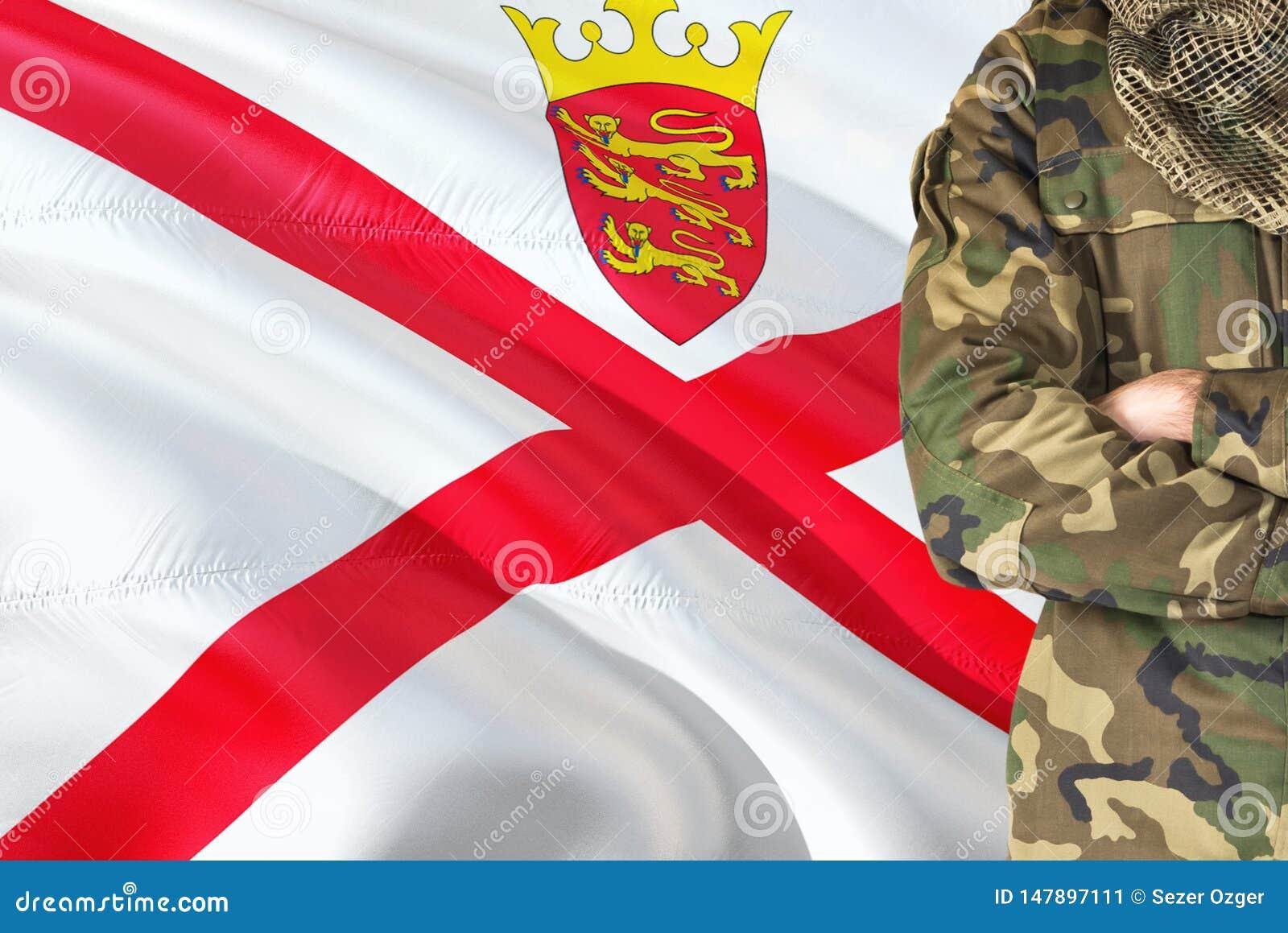 有全国挥动的旗子的横渡的胳膊战士在背景-泽西军事题材