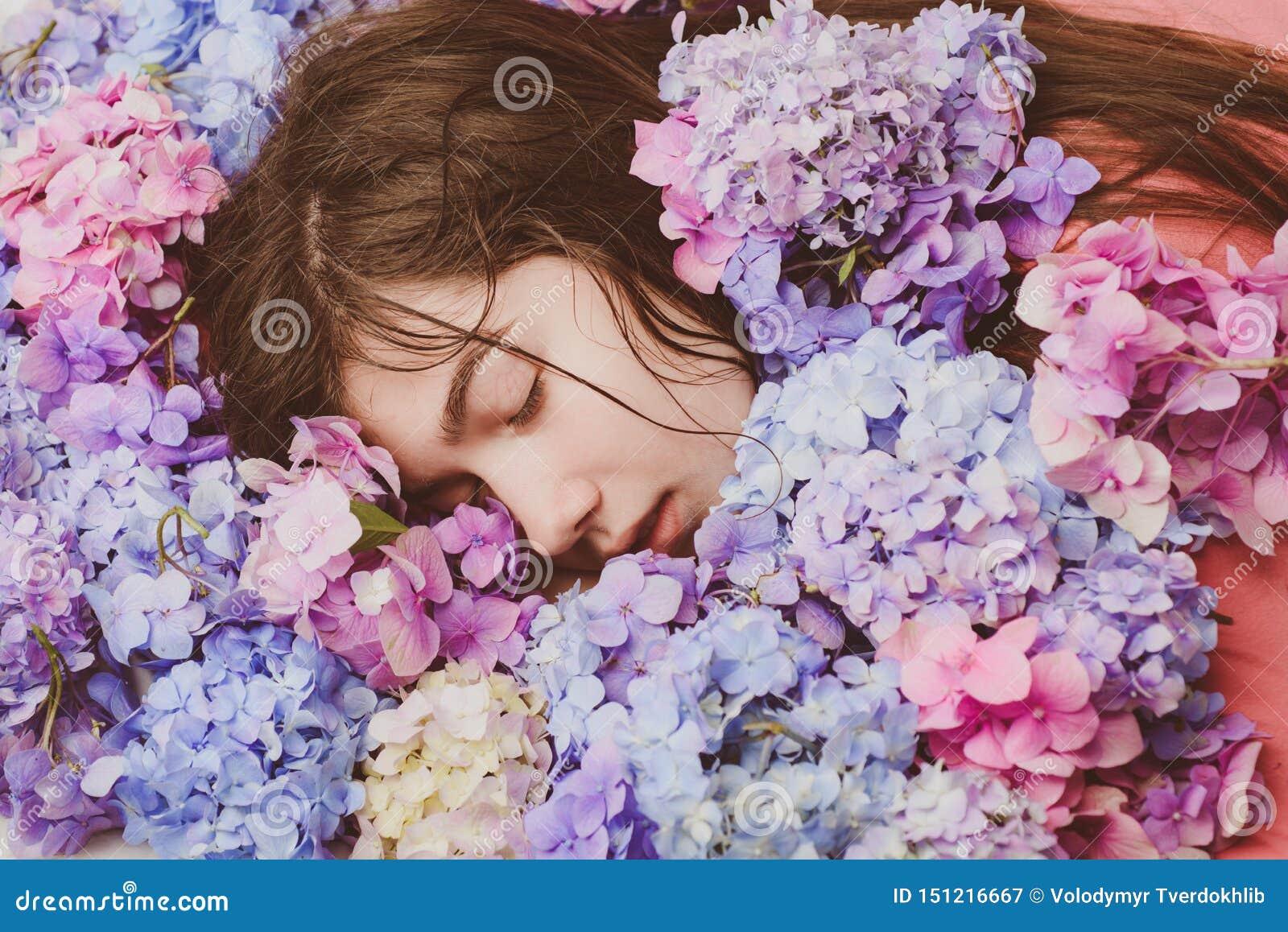 有八仙花属花的春天妇女 构成化妆用品和skincare 夏天秀丽 t ??