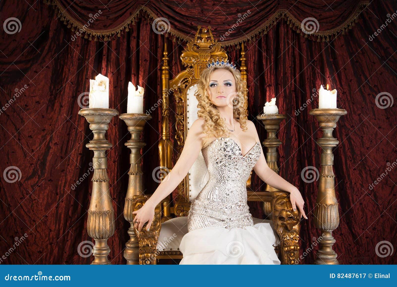 有冠和王位的自豪感华美的女王/王后 宫殿
