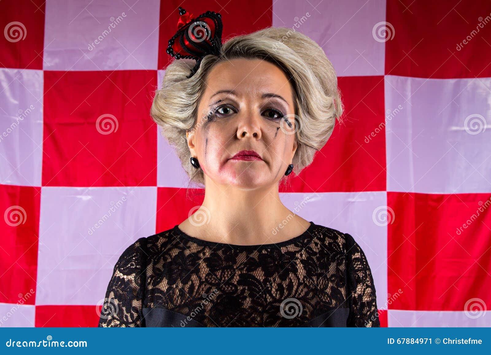 有冠的哀伤的妇女在歇斯底里症的发作案