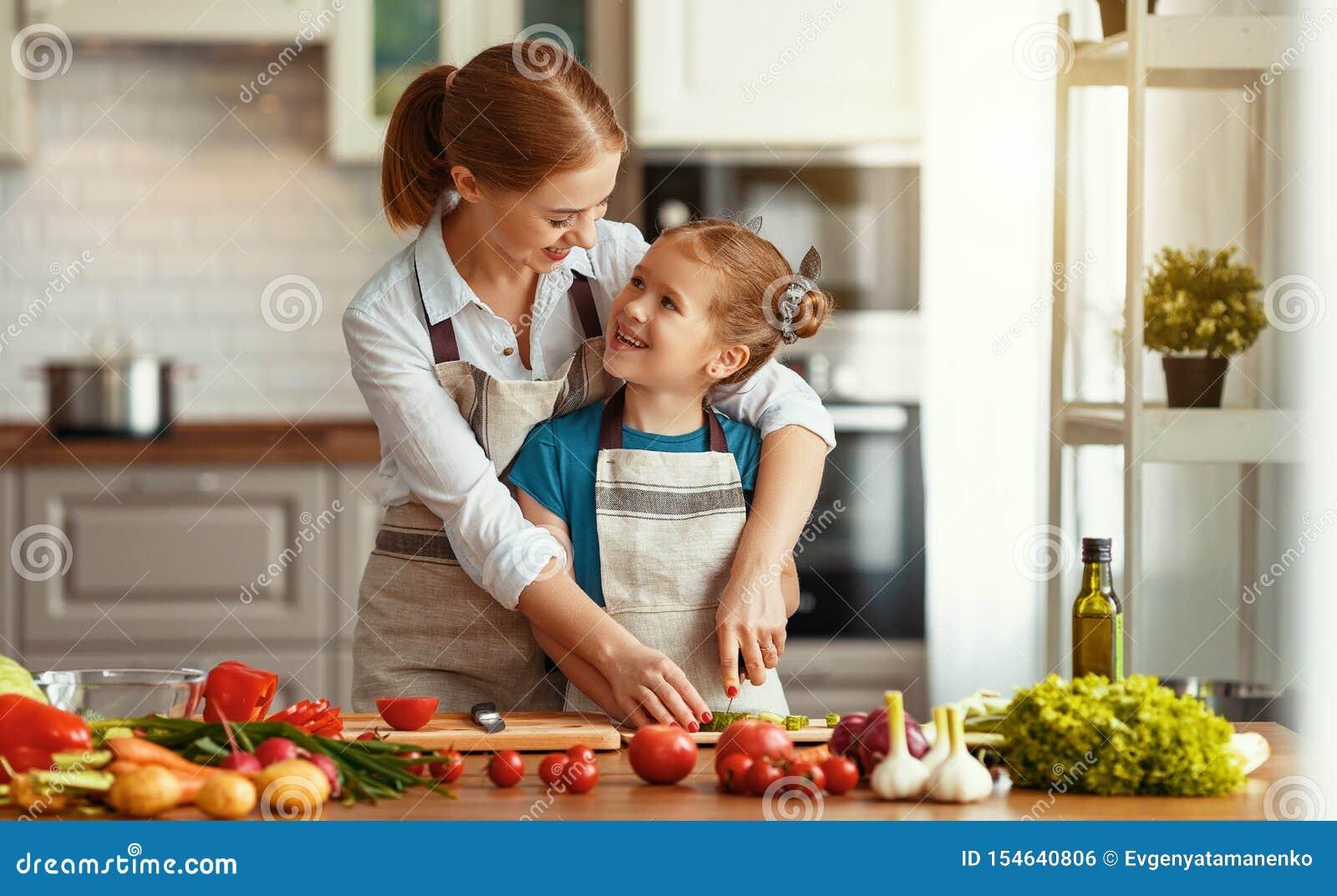 有准备菜沙拉的儿童女孩的幸福家庭母亲