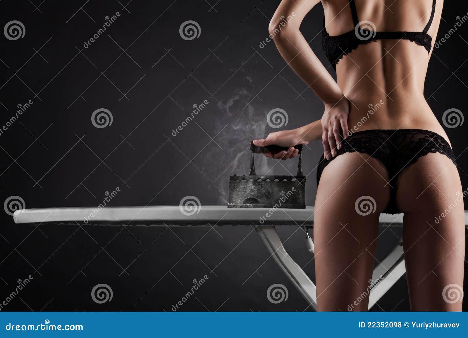有减速火箭的铁的性感的妇女