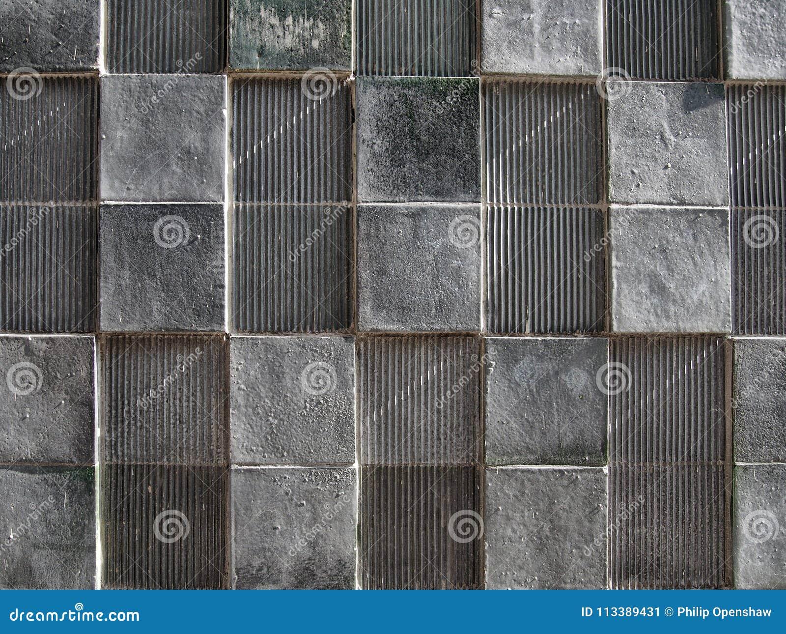 有几何方形的样式和困厄的纹理的灰色混凝土墙