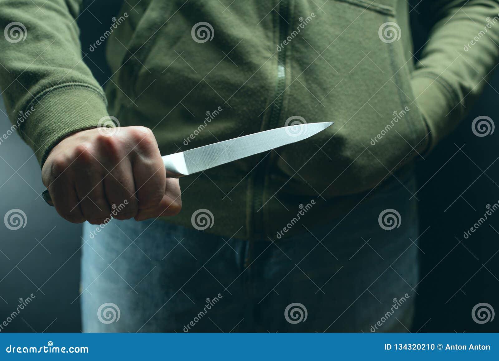 有刀子武器的一名罪犯威胁杀害 罪行,罪行,盗案恶棍