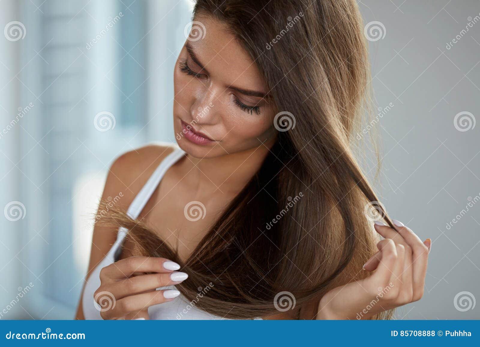 有分裂的美丽的妇女结束头发 健康和秀丽概念