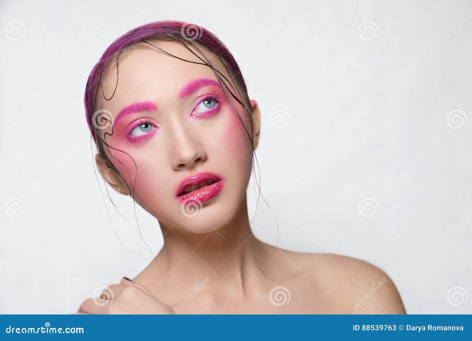 有创造性的桃红色五颜六色的构成的妇女