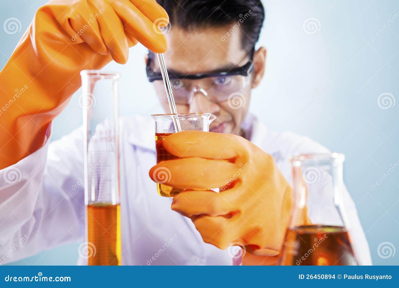 有化学制品的科学家