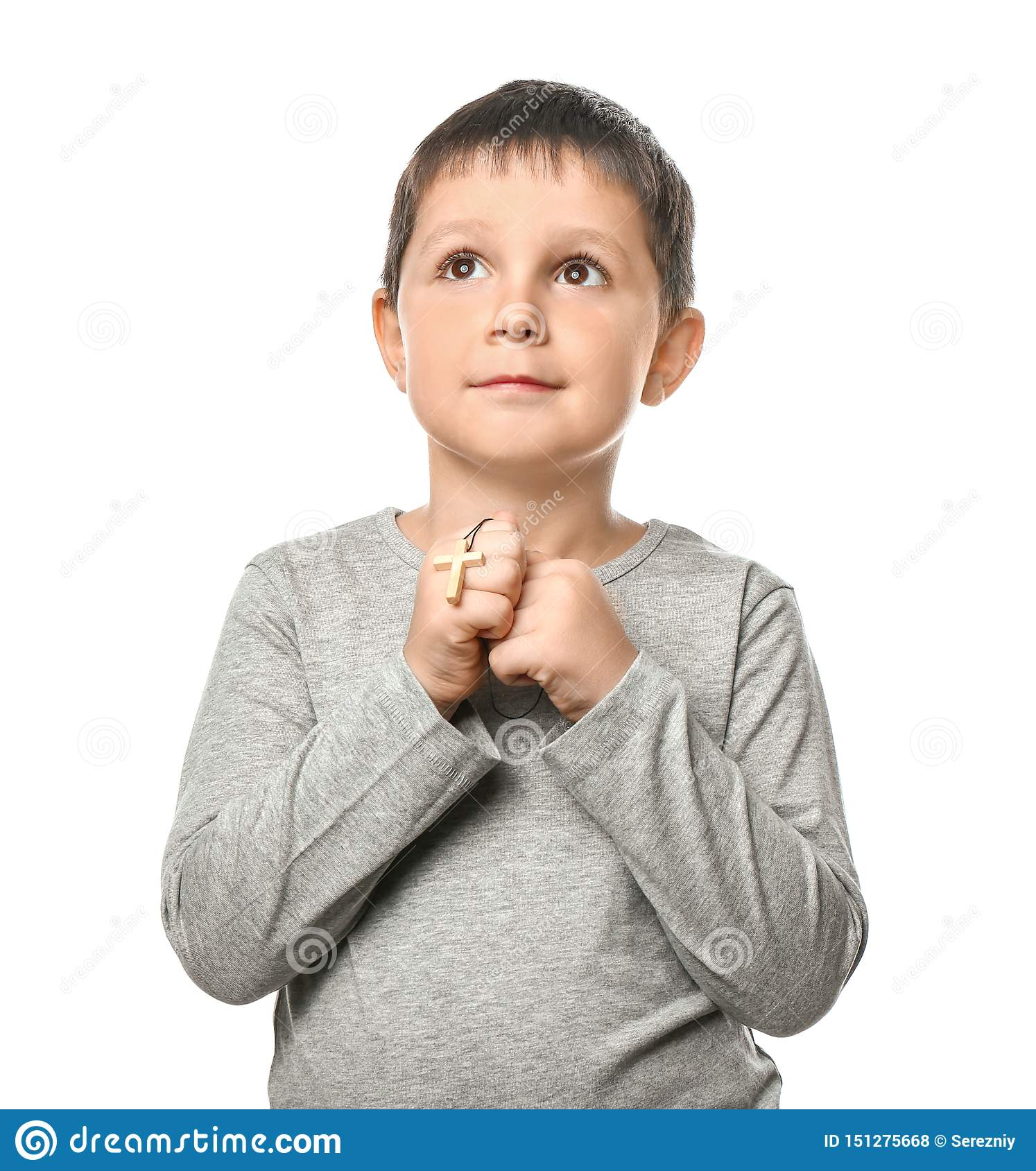 有十字架的小男孩祈祷在白色背景的