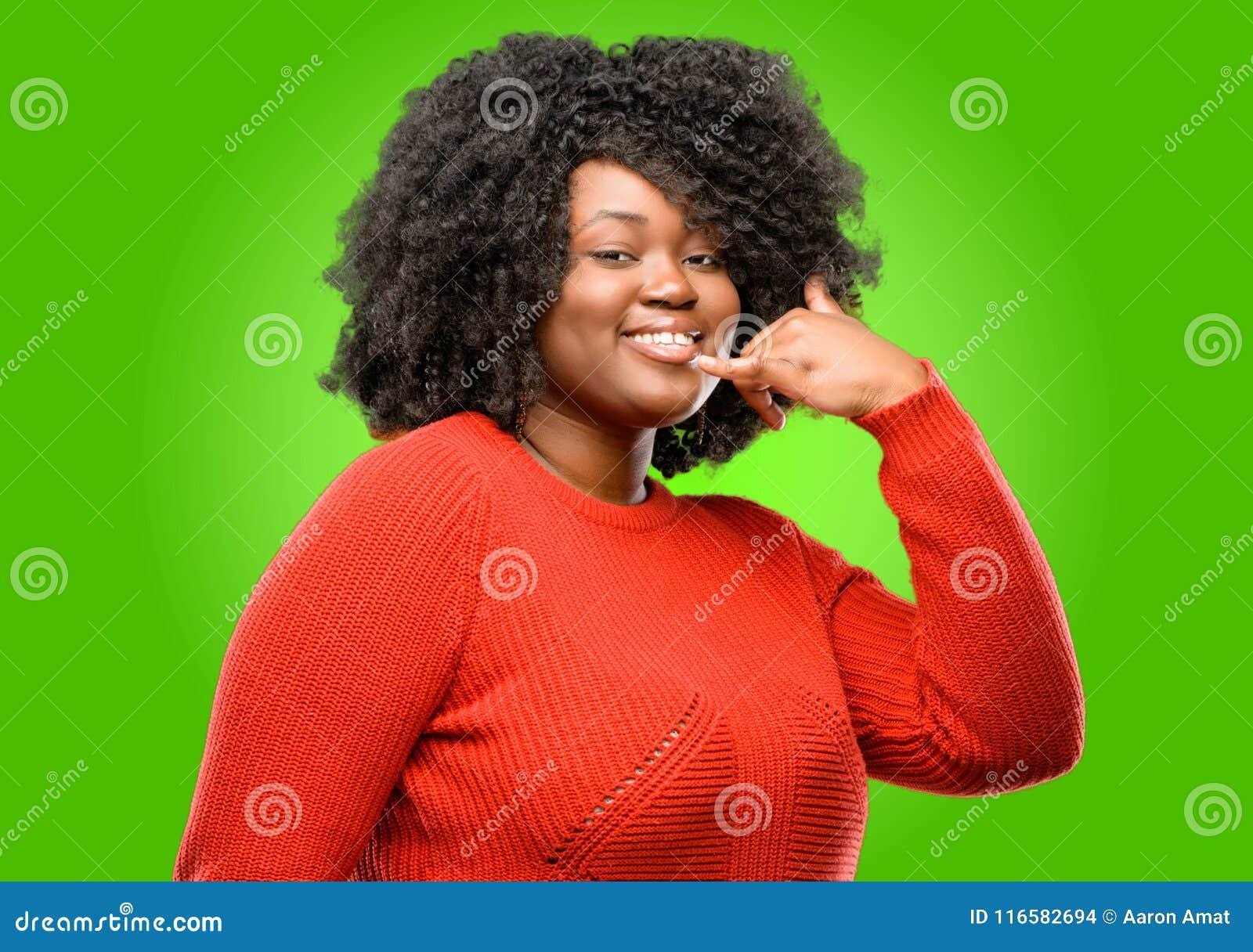 有卷发的美丽的非洲妇女被隔绝在绿色背景